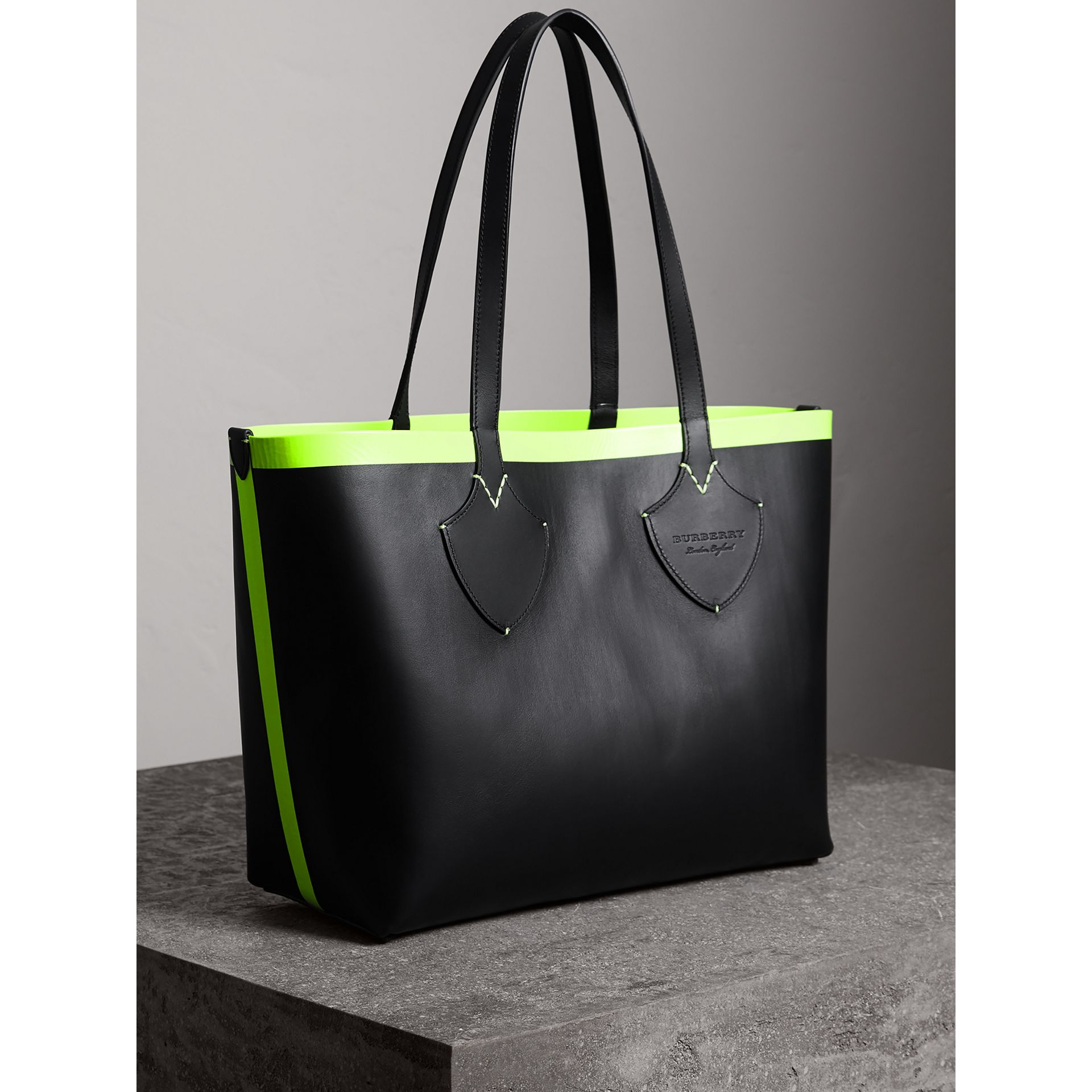 The Medium Giant Reversible Tote in Canvas and Leather in Black/neon Yellow | Burberry Australia - gallery image 4