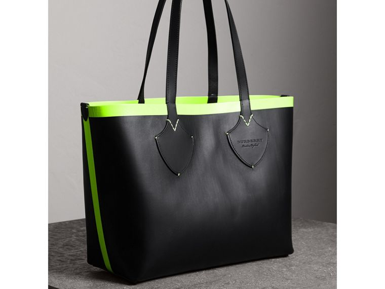 The Medium Giant Reversible Tote in Canvas and Leather in Black/neon Yellow | Burberry Singapore - cell image 4