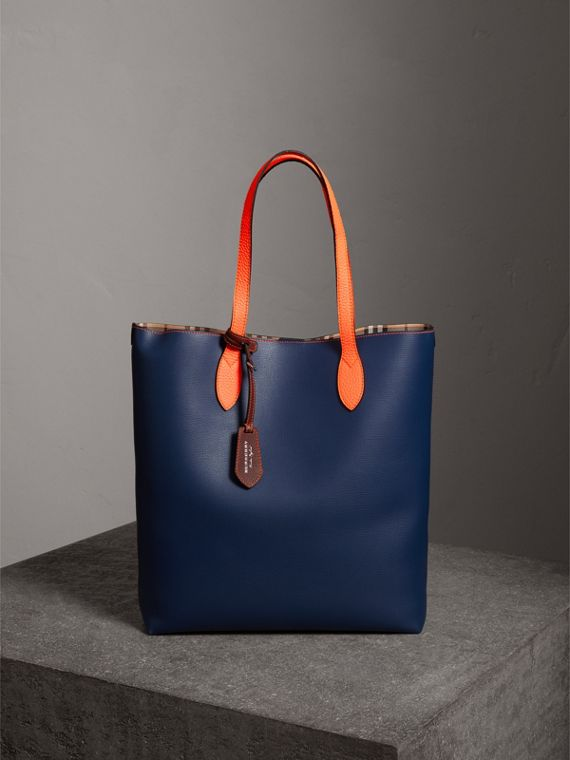 Borsa tote media bicolore in pelle rivestita (Blu Oltremare Scuro)