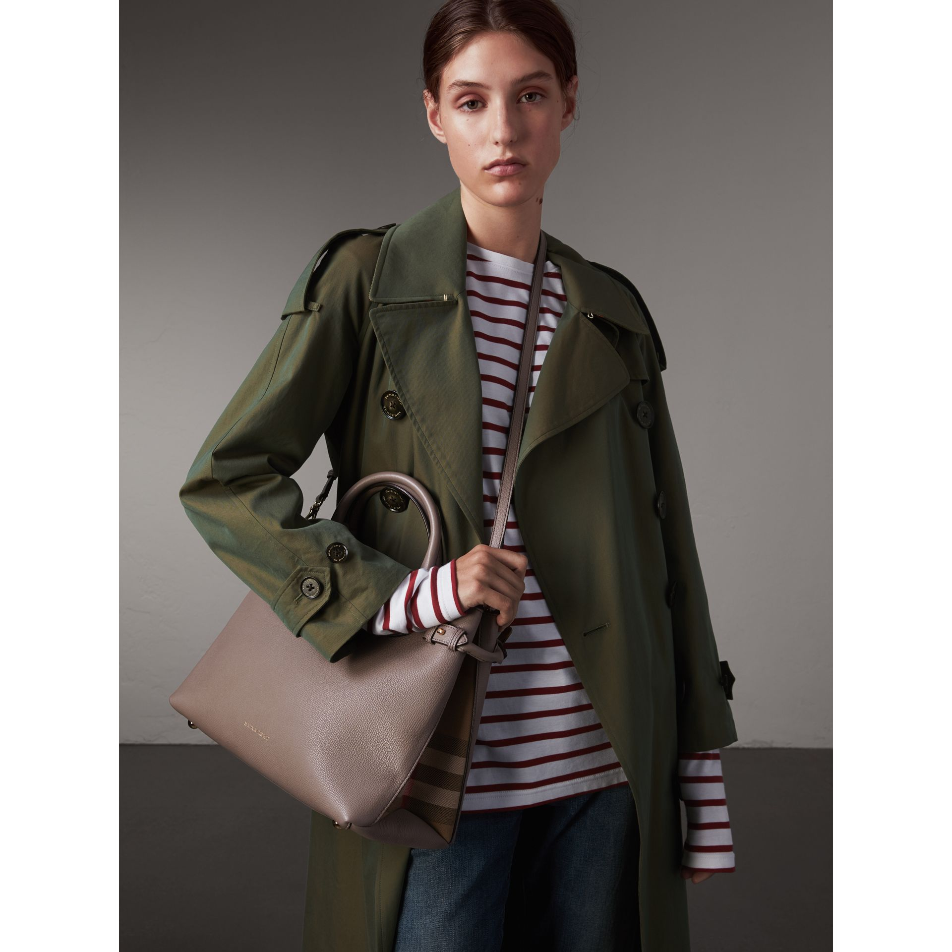 Sac The Banner medium en cuir et coton House check (Gris Chardon) - Femme | Burberry - photo de la galerie 3