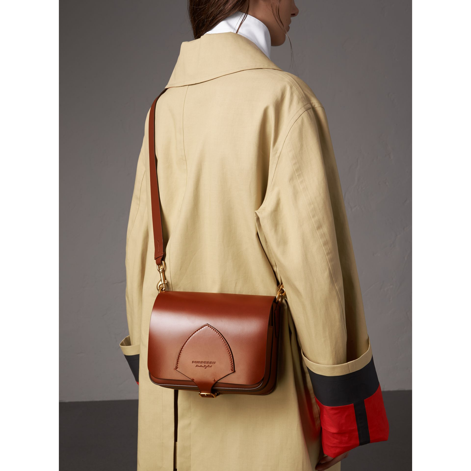 The Satchel squadrata in pelle a briglia (Marroncino) - Donna | Burberry - immagine della galleria 2