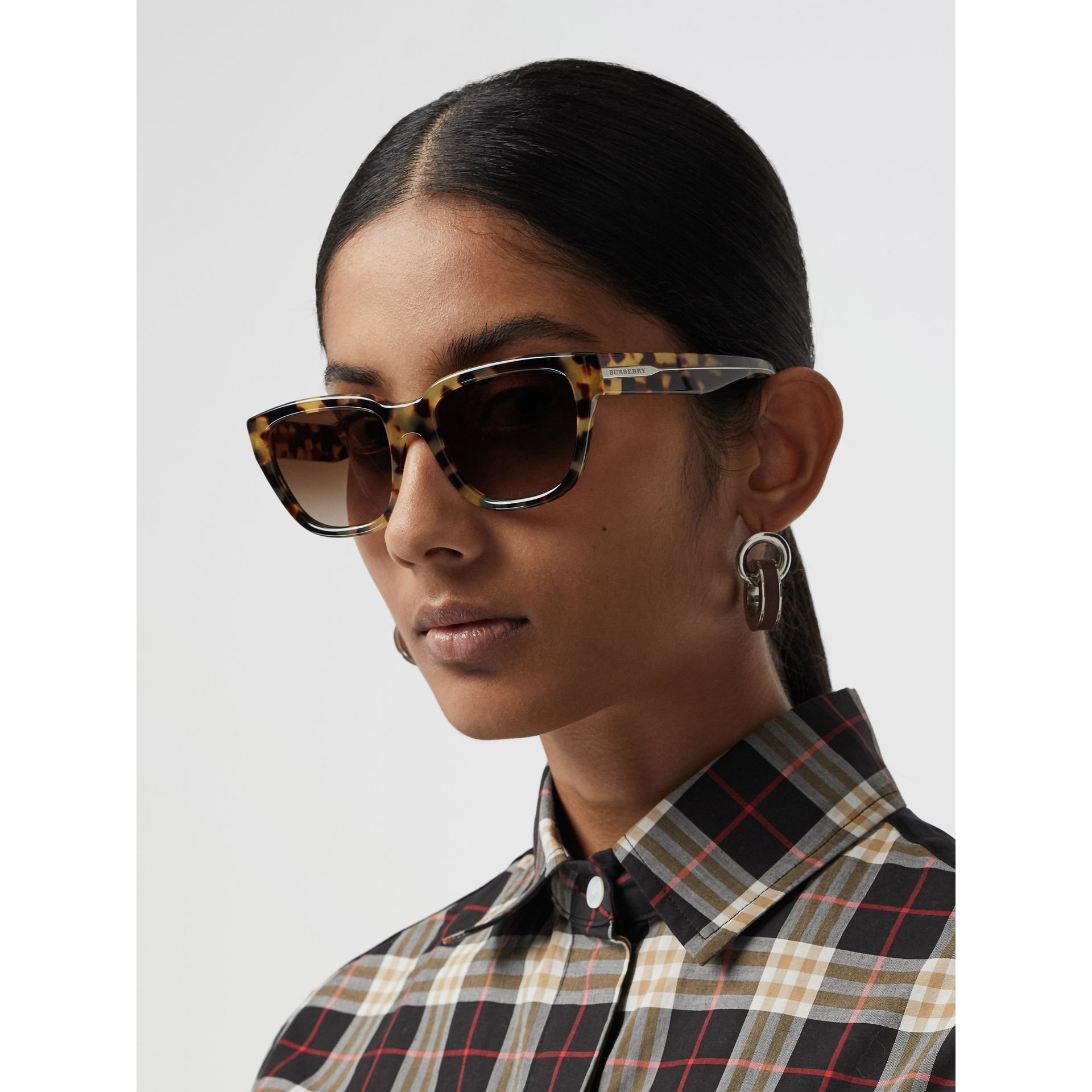Square Frame Sunglasses in Tortoise Shell - Women | Burberry Singapore - gallery image 2