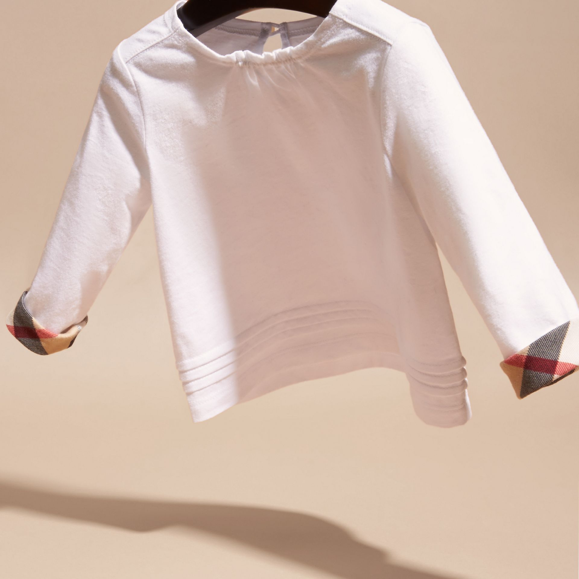 Blanc T-shirt en coton à manches longues avec ornements check - photo de la galerie 3