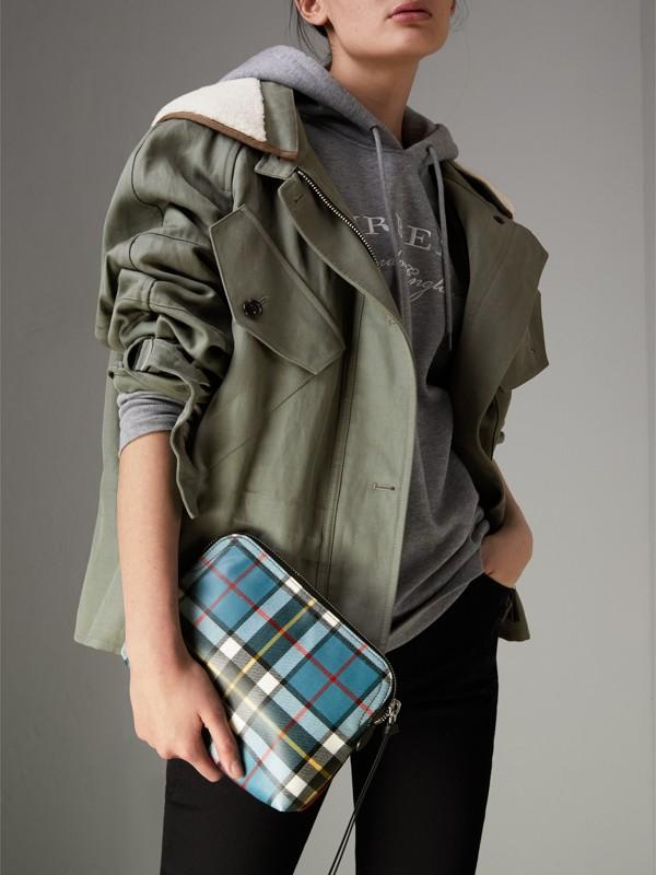 Bolsa pouch grande de lã em xadrez tartan com efeito plastificado (Vermelho Militar) - Mulheres | Burberry - cell image 3
