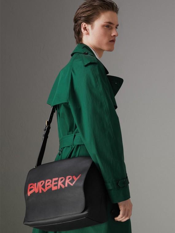 Große Messenger-Tasche aus Leder mit Graffiti-Aufdruck (Schwarz) - Herren | Burberry - cell image 3