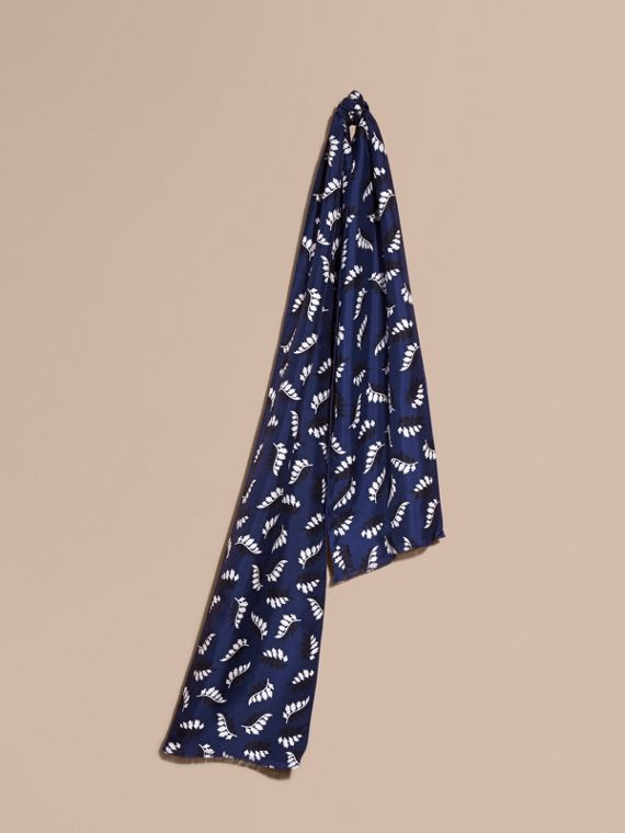 Echarpe de seda com estampa de folhas
