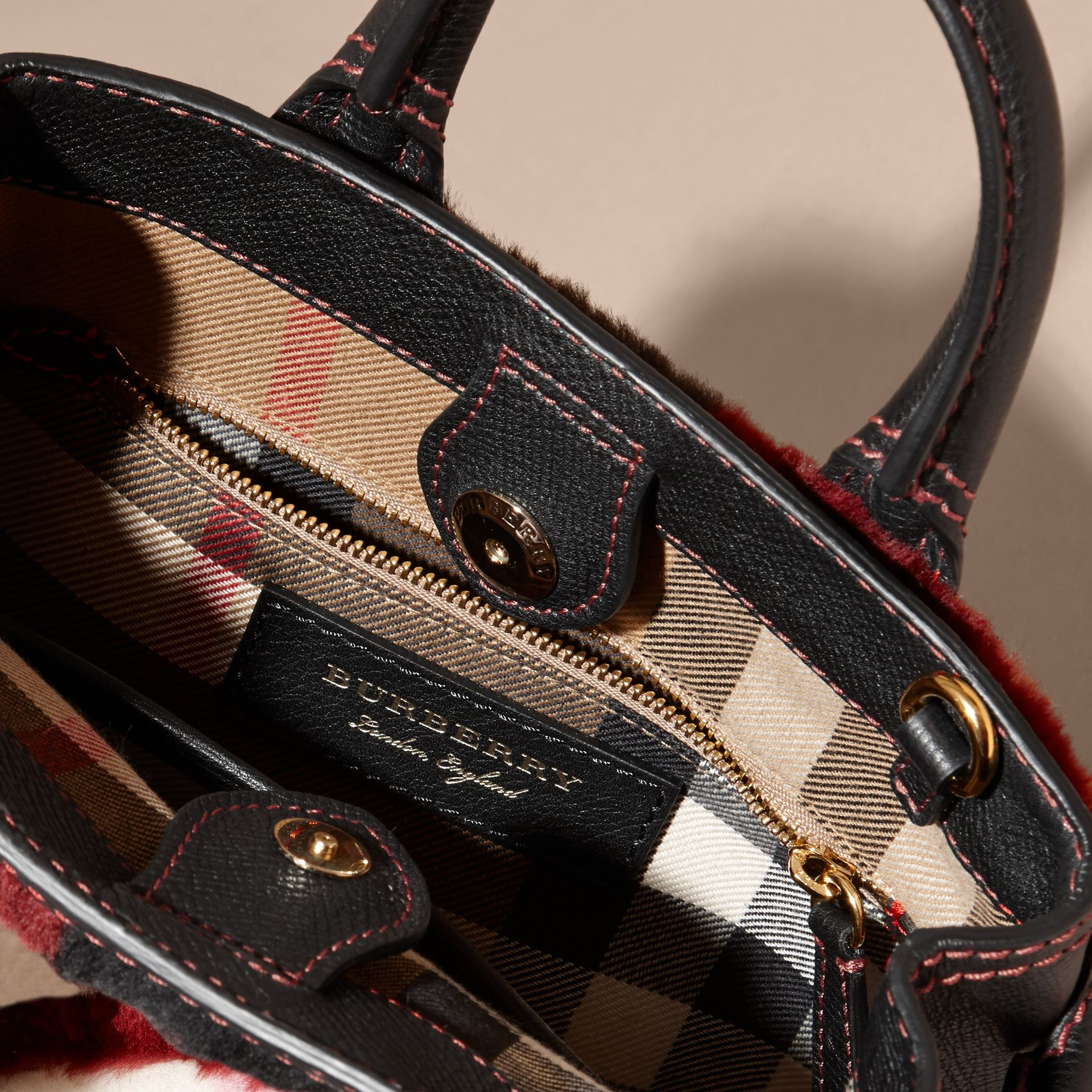 Borsa The Baby Banner in pelle con motivo tartan in patchwork di shearling (Rosa) - Donna | Burberry - immagine della galleria 5