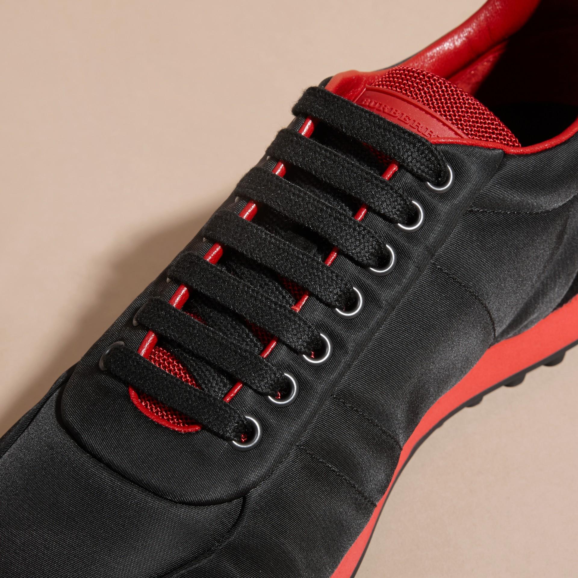 Nero/rosso militare Sneaker tecniche con finiture effetto texture Nero/rosso Militare - immagine della galleria 2