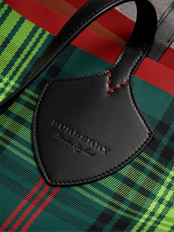 The Giant Reversible Tote in Tartan and Leather in Tan/pine Green | Burberry United Kingdom - cell image 1