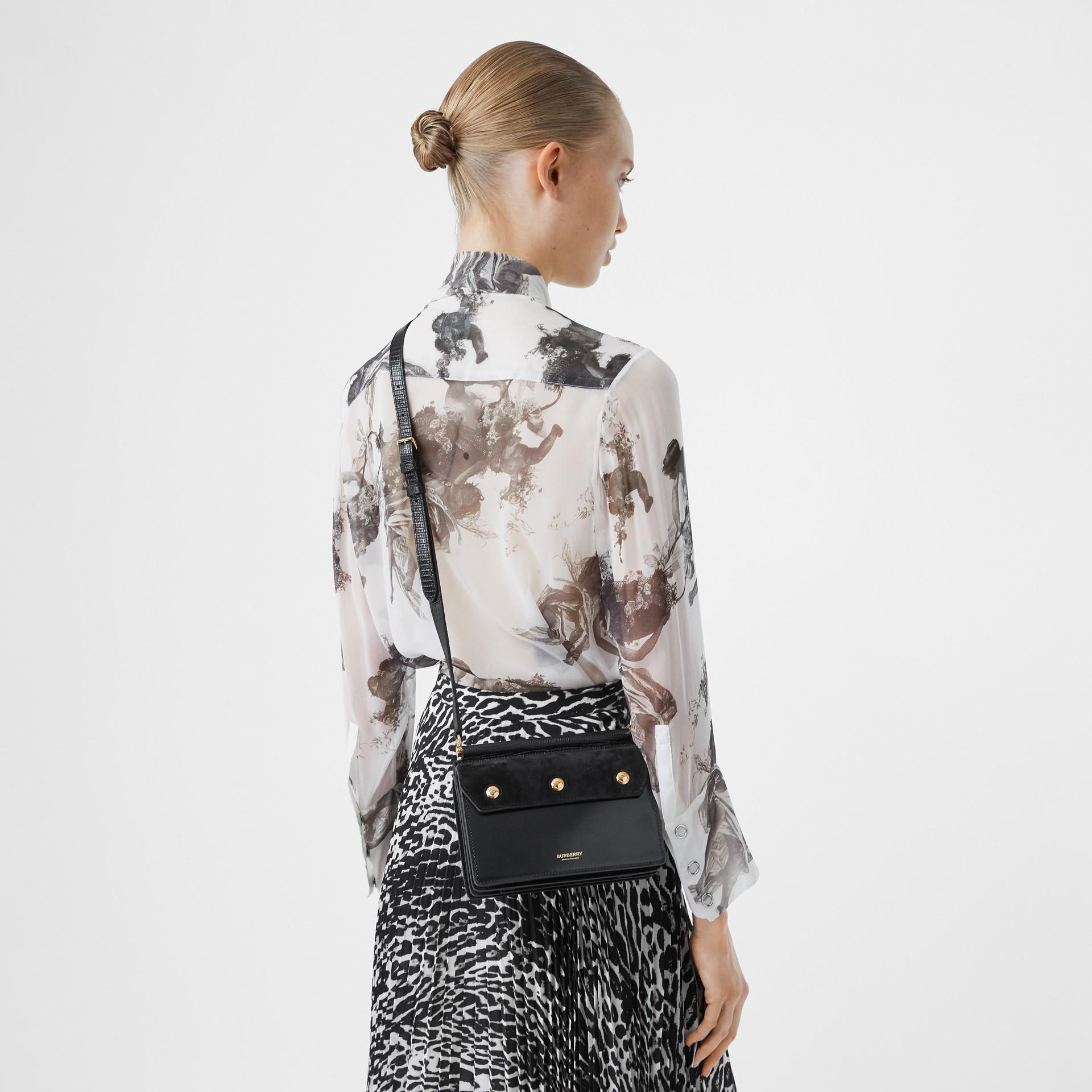 미니 포켓 디테일 스웨이드 레더 타이틀 백 (블랙) - 여성 | Burberry - 갤러리 이미지 2