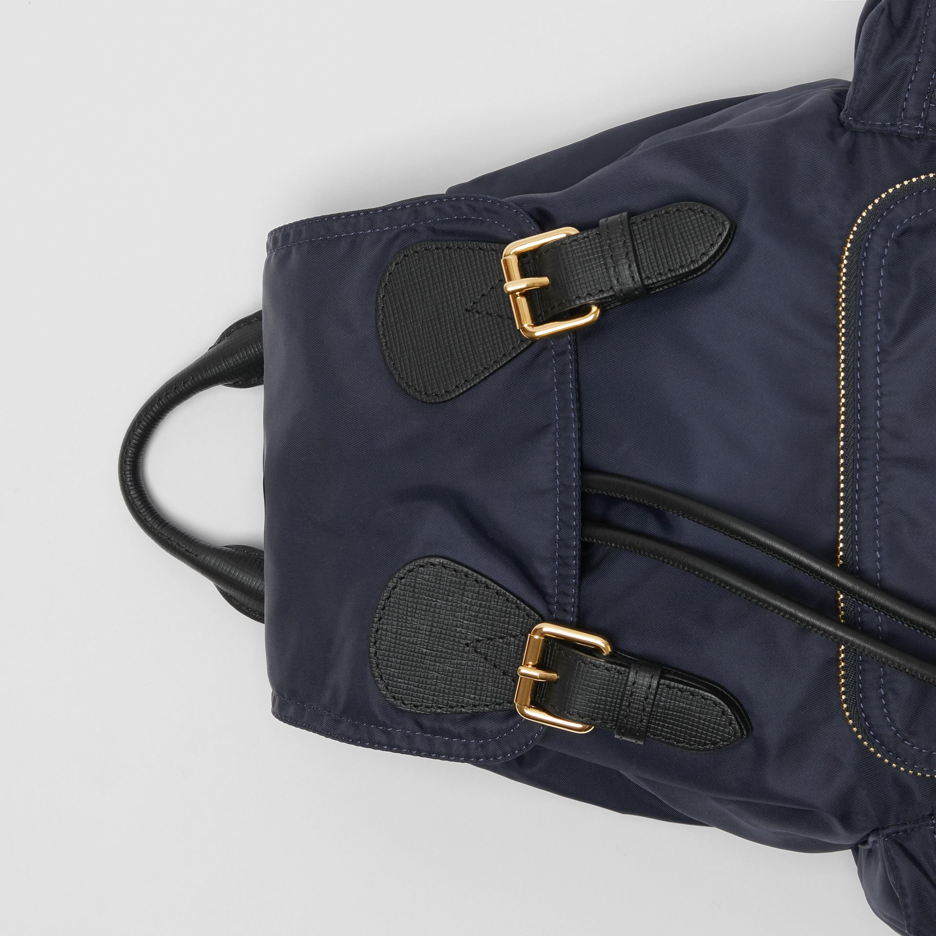 Zaino The Rucksack medio in nylon tecnico e pelle (Blu Inchiostro) - Donna | Burberry - immagine della galleria 3