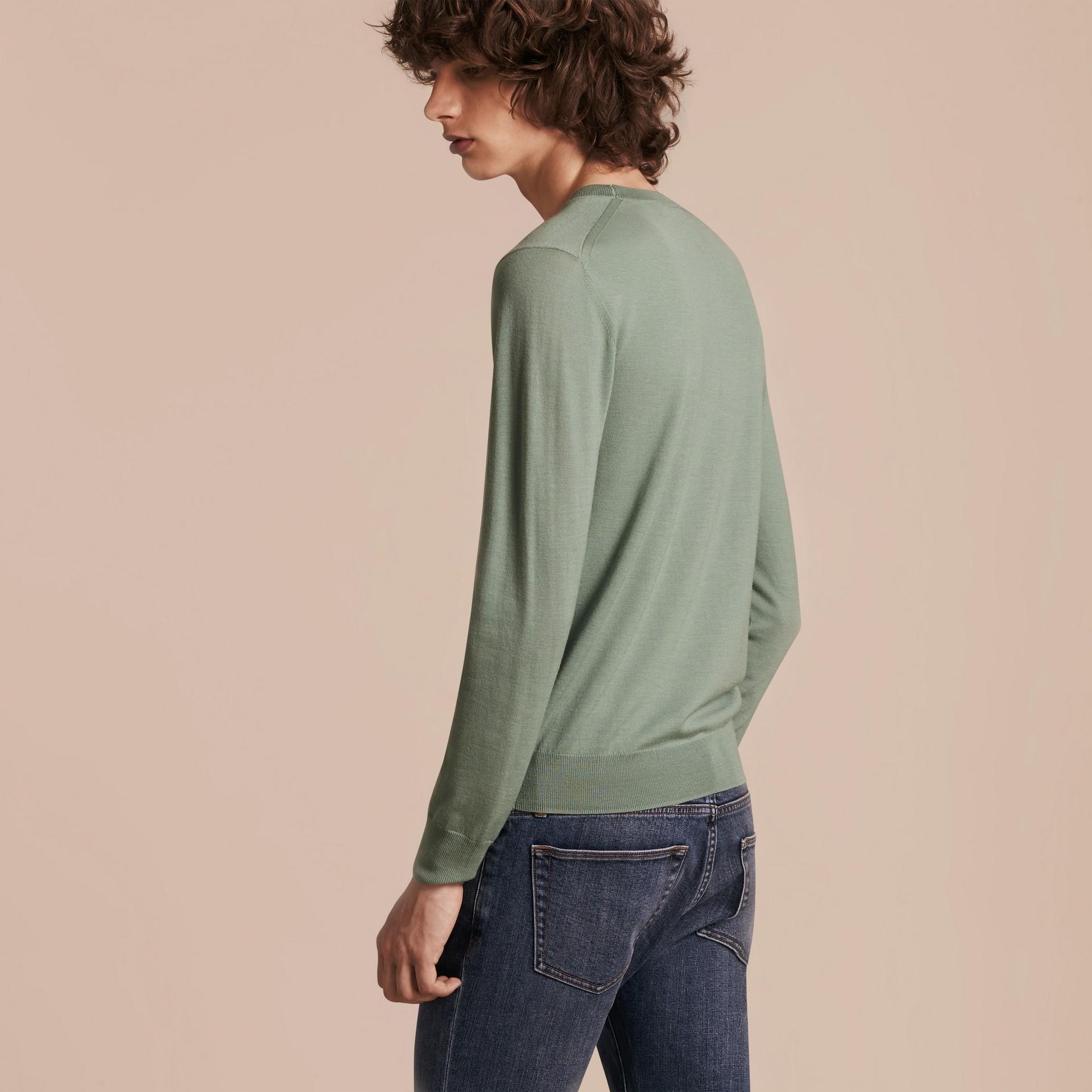 Зеленый эвкалипт Свитер из мериносовой шерсти с круглым вырезом Зеленый Эвкалипт - изображение 3