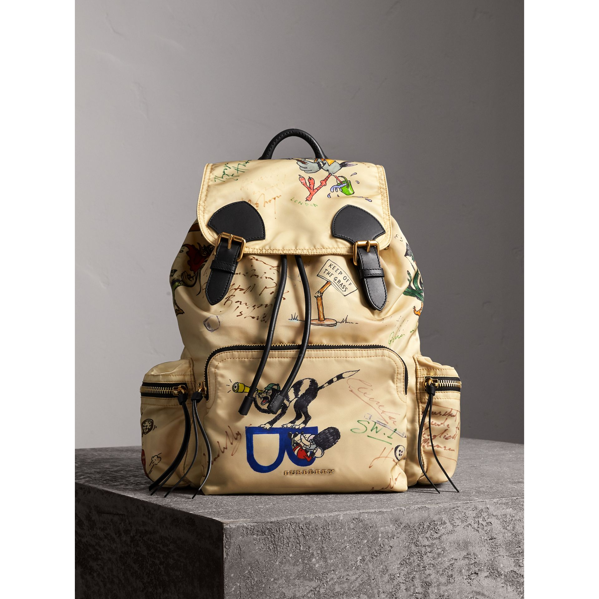 Grand sac The Rucksack en nylon avec imprimés dessinés (Miel) | Burberry - photo de la galerie 6