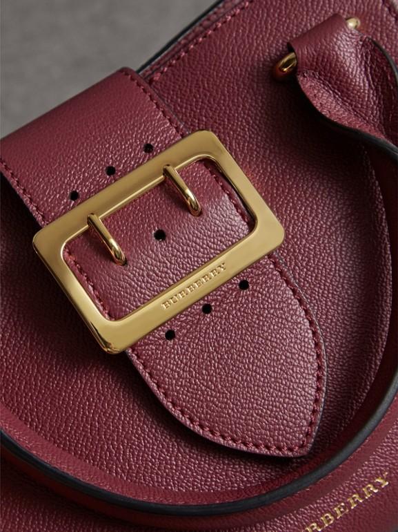 Bolsa tote Buckle de couro granulado - Pequena (Ameixa Escuro) - Mulheres | Burberry - cell image 1