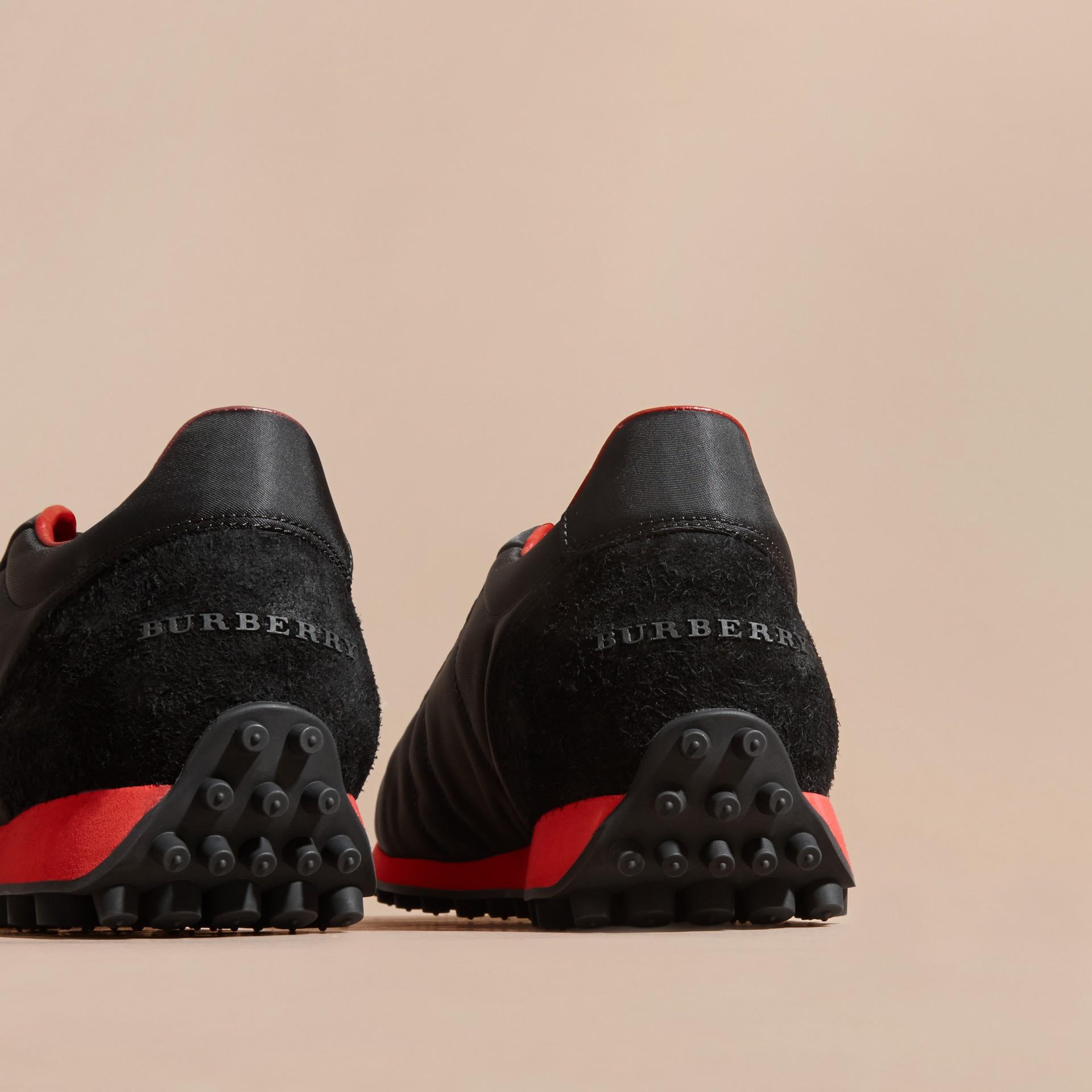 Nero/rosso militare Sneaker tecniche con finiture effetto texture Nero/rosso Militare - immagine della galleria 4