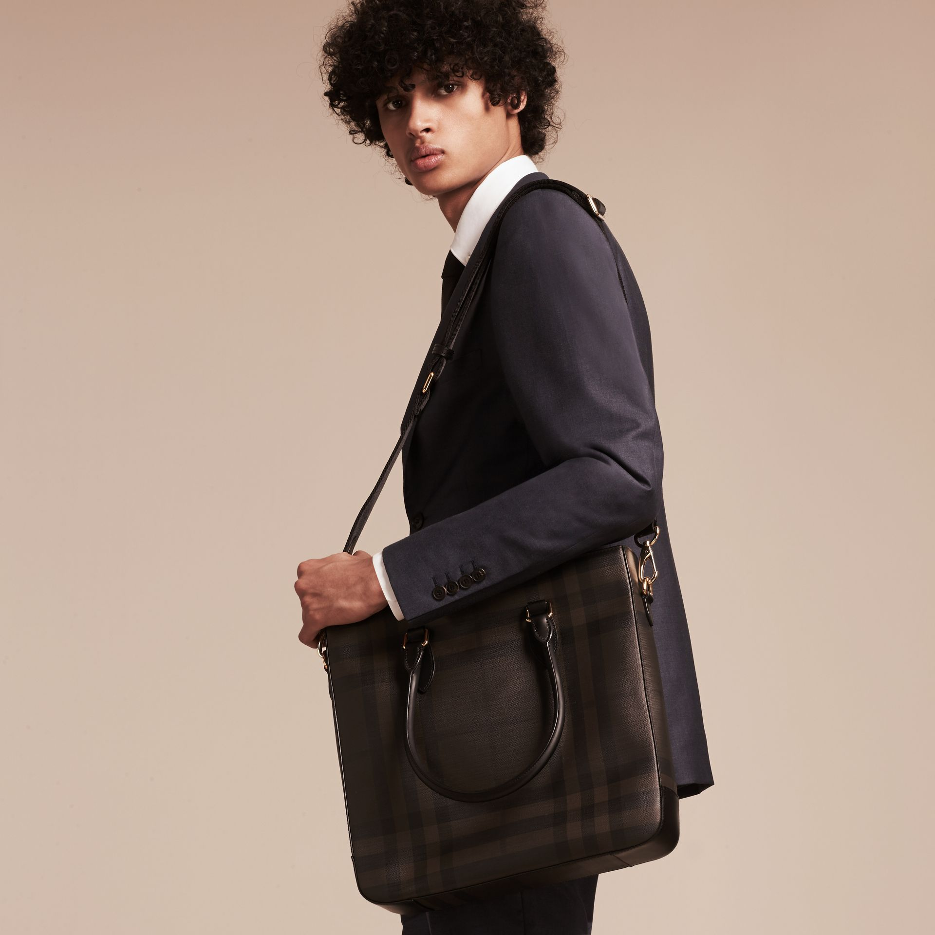 Sac tote à motif London check (Noir/chocolat) - Homme | Burberry - photo de la galerie 3