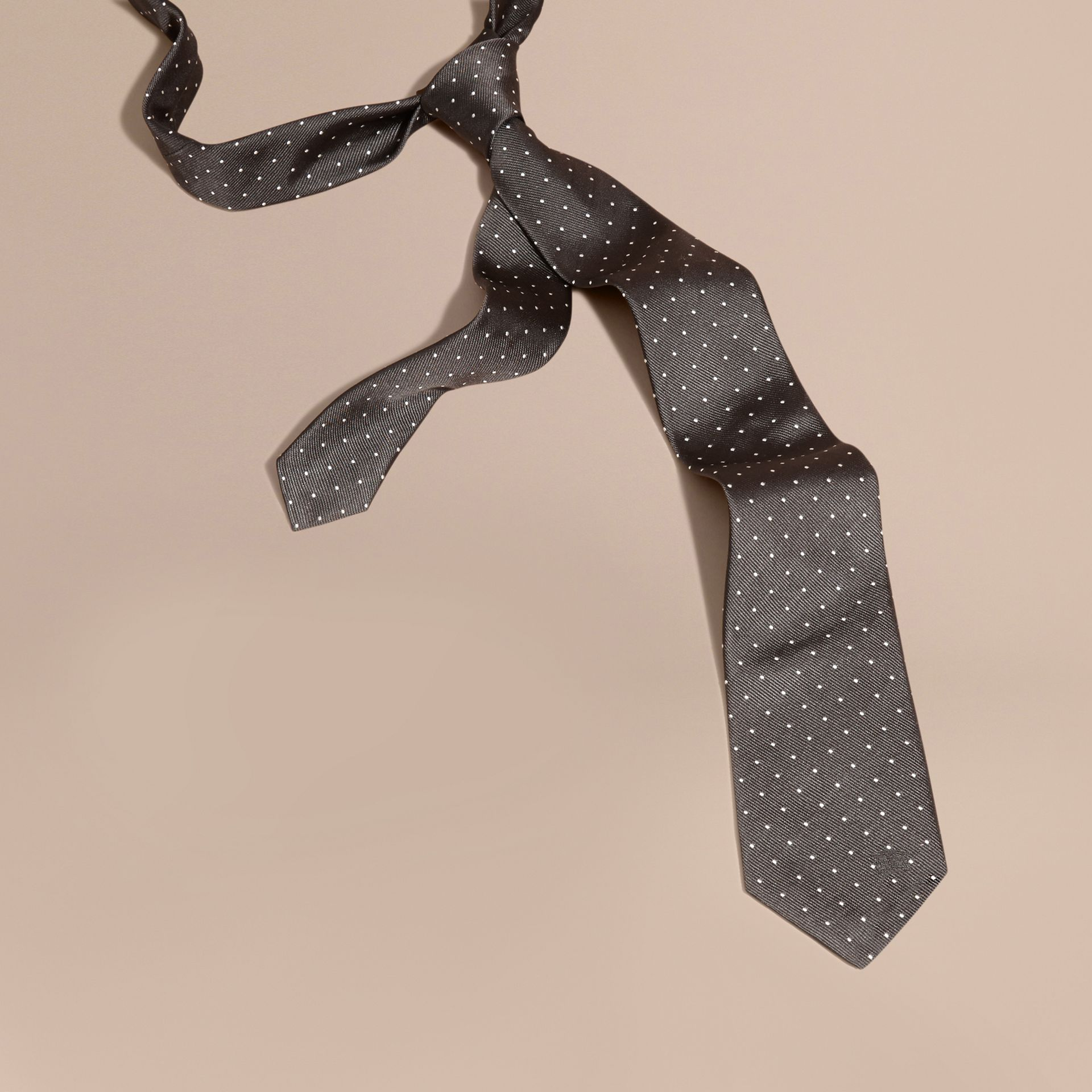 Nero fumo Cravatta dal taglio moderno in seta a pois Nero Fumo - immagine della galleria 1