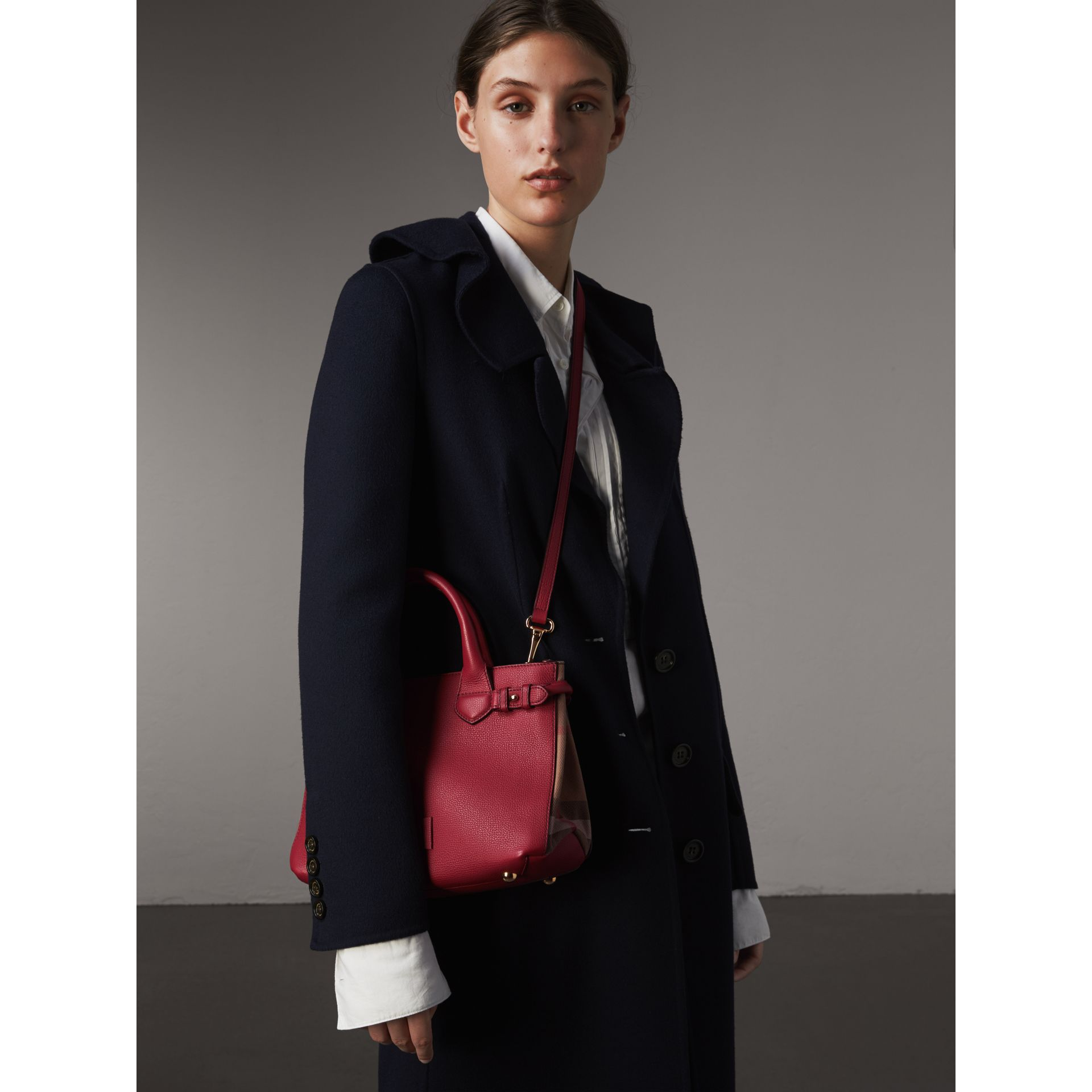 Petit sac The Banner en cuir et coton House check (Rouge Feuille Morte) - Femme | Burberry - photo de la galerie 3