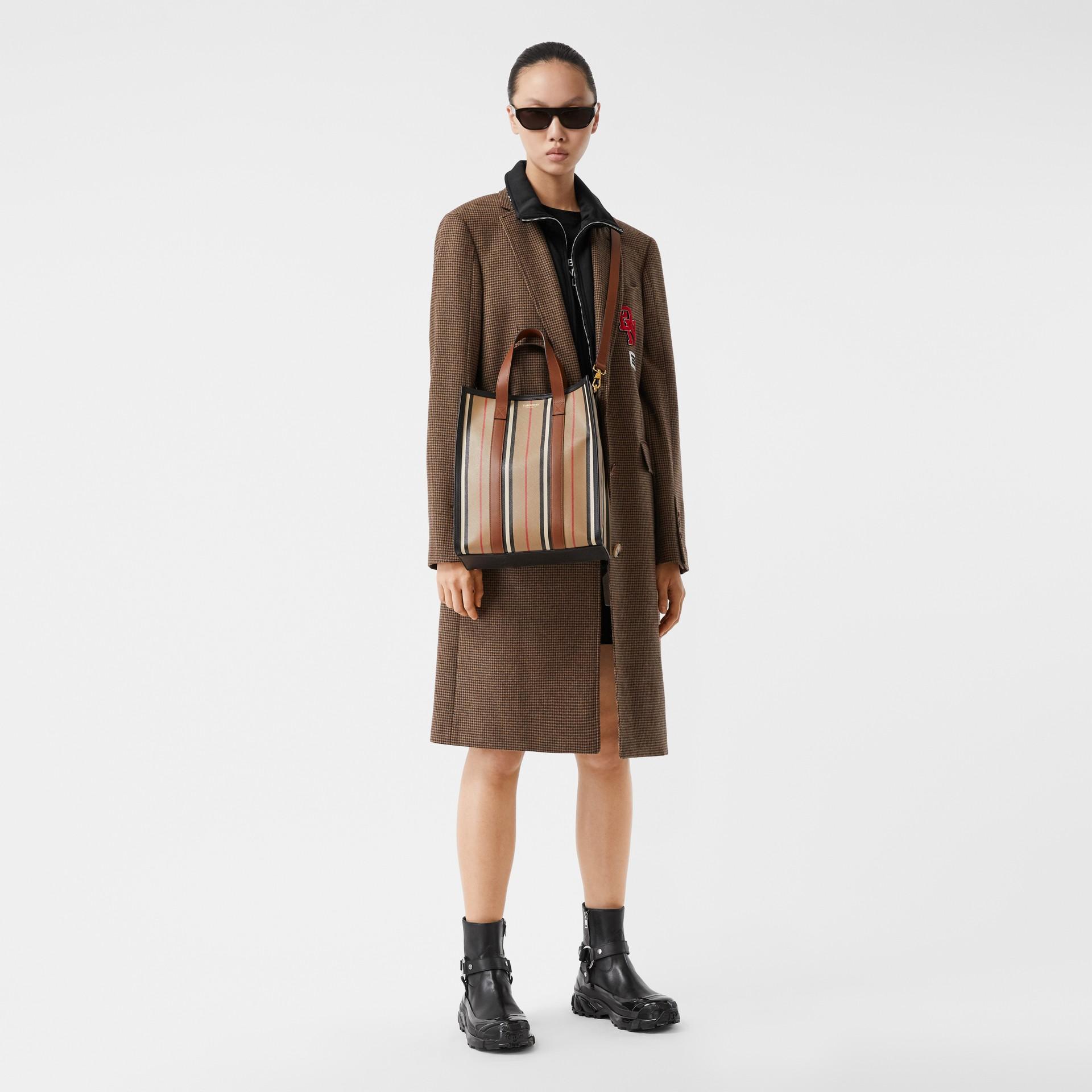 小型標誌性條紋環保帆布直式托特包 (典藏米色) - 女款 | Burberry - 圖庫照片 11