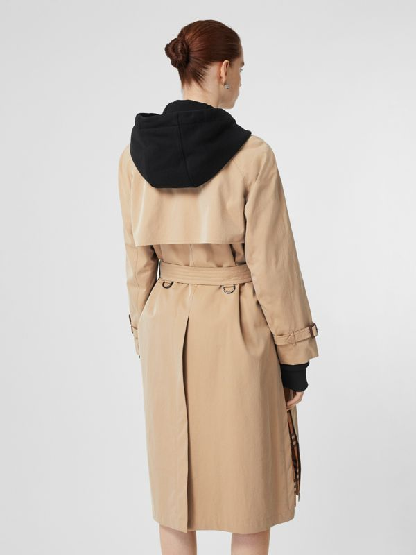 Trench coat in gabardine tropicale con spacchi laterali (Miele) - Donna | Burberry - cell image 2