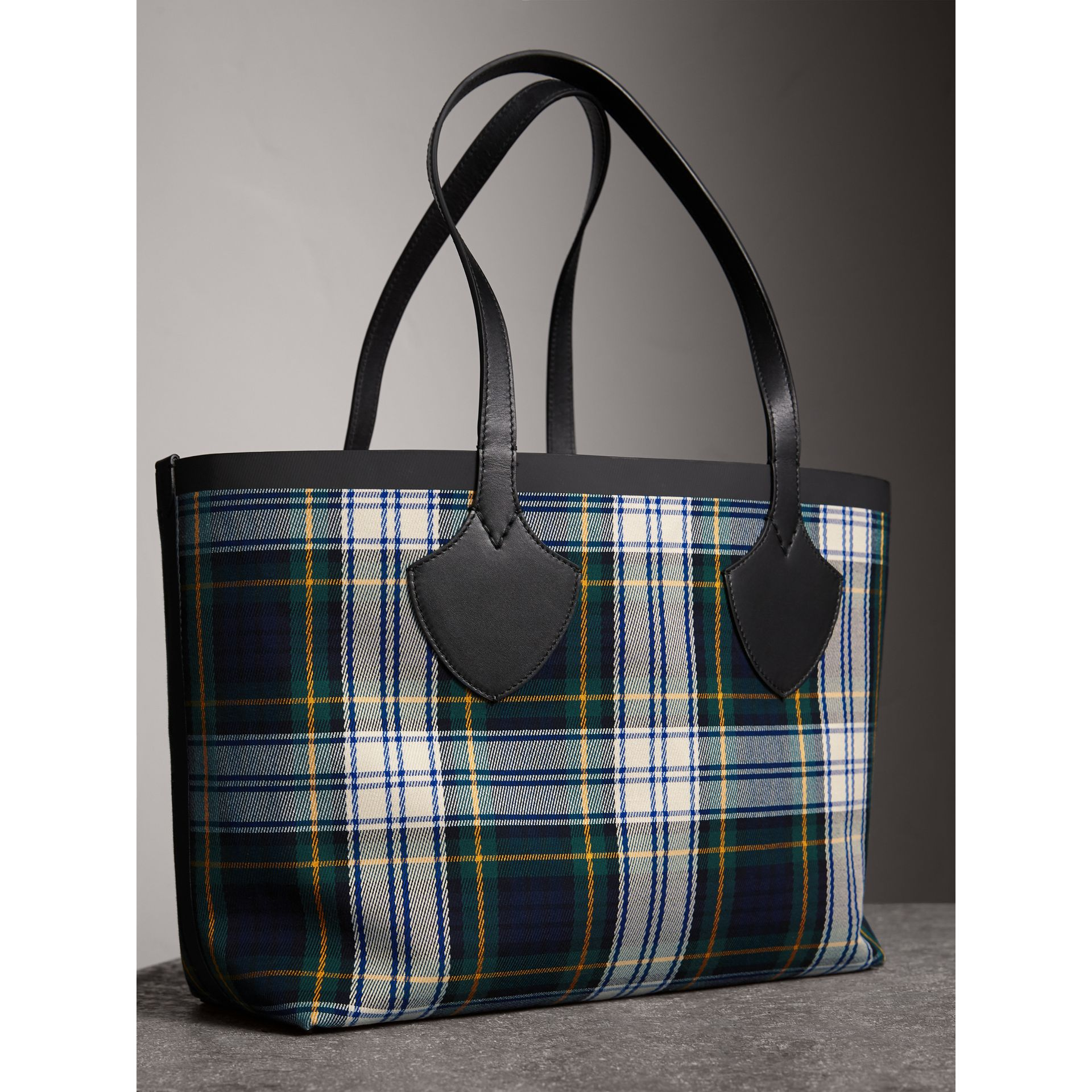 The Medium Giant Reversible Tote in Tartan Cotton in Ink Blue/military Red | Burberry - gallery image 4