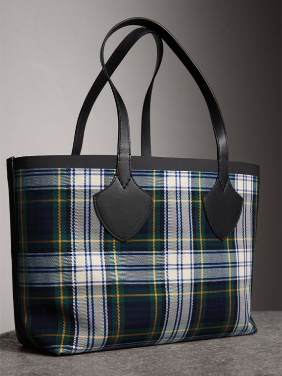 The Medium Giant Reversible Tote in Tartan Cotton in Ink Blue/military Red | Burberry Australia - cell image 3