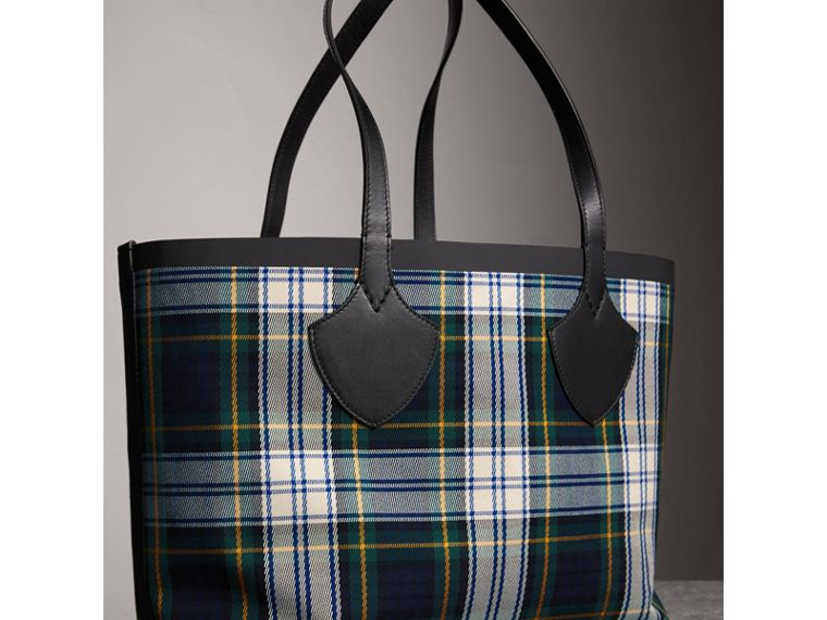 The Medium Giant Reversible Tote in Tartan Cotton in Ink Blue/military Red | Burberry United Kingdom - cell image 4