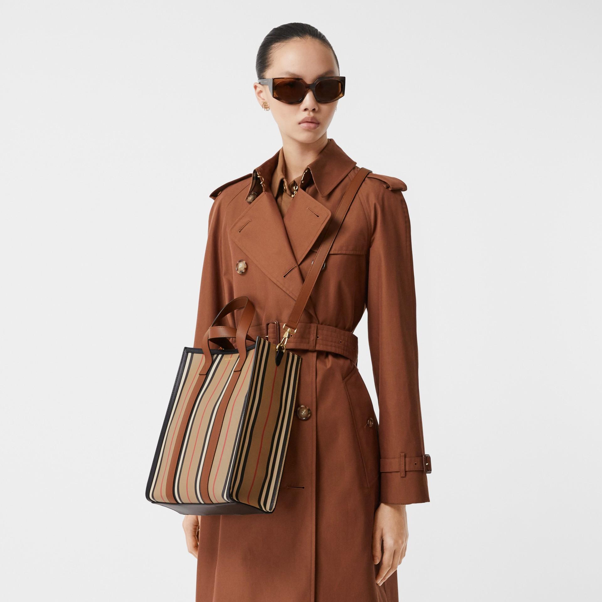 小型標誌性條紋環保帆布直式托特包 (典藏米色) - 女款 | Burberry - 圖庫照片 10