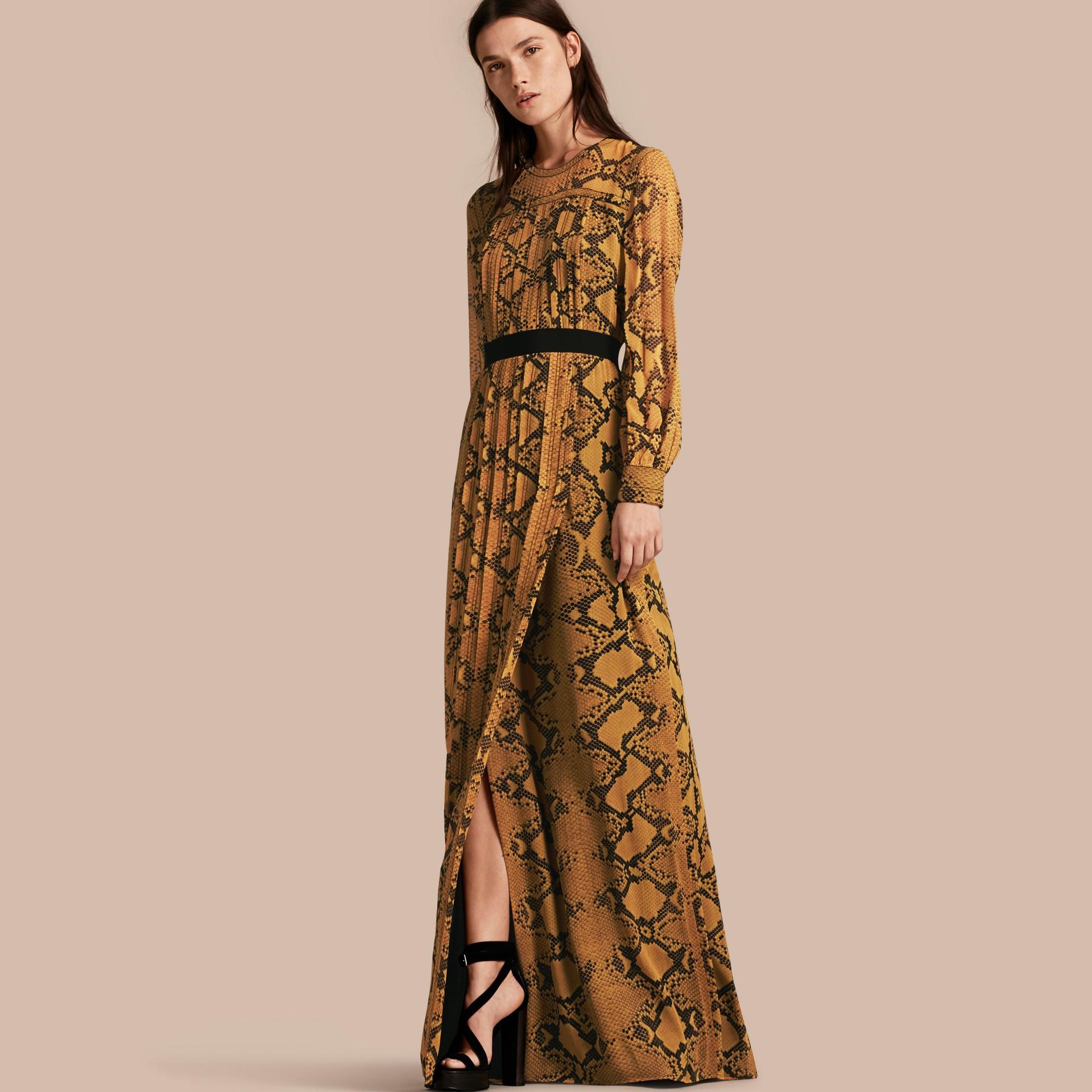 Jaune ambre Robe extra-longue en soie avec imprimé python et plis Jaune Ambre - photo de la galerie 1