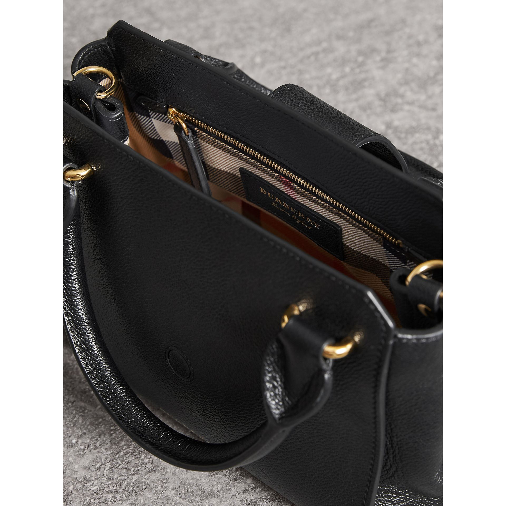 Petit sac tote The Buckle en cuir grainé (Noir) - Femme | Burberry - photo de la galerie 4