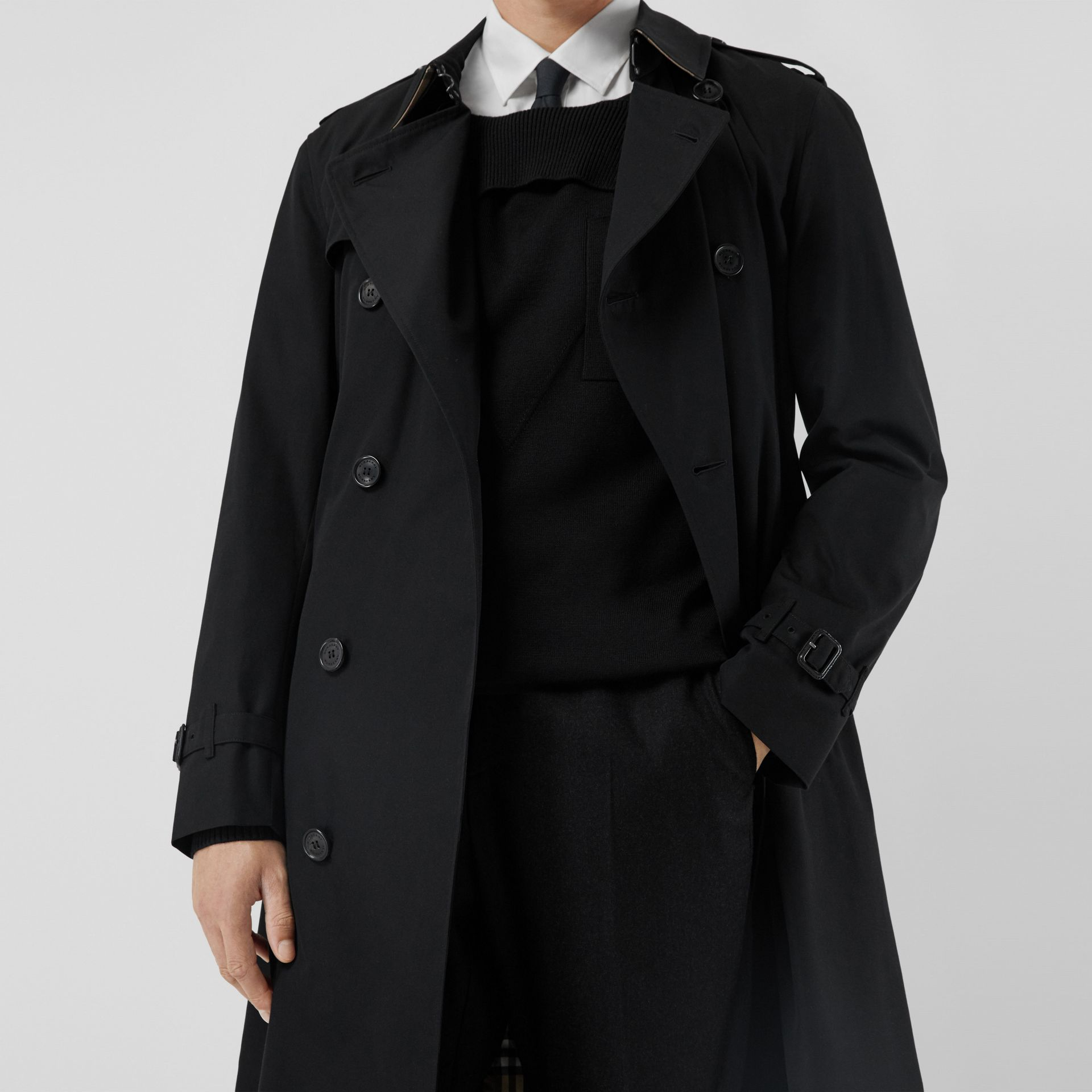 The Long Chelsea Heritage Trench Coat in Black - Men | Burberry United Kingdom - gallery image 7