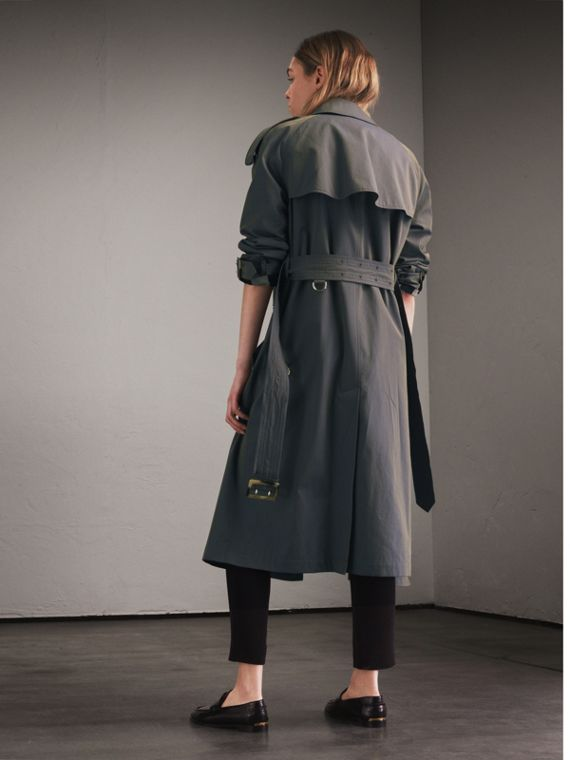 Trench coat in gabardine tropicale (Blu Tempesta) - Donna | Burberry - cell image 2