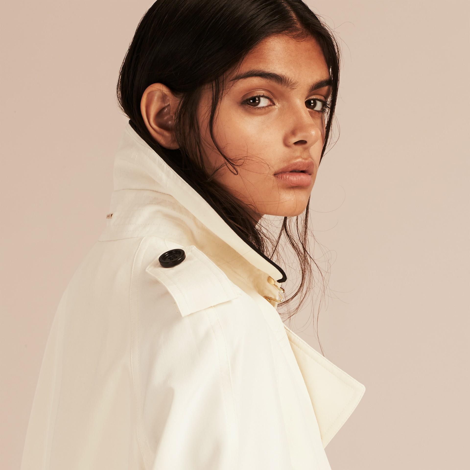 Parchemin Trench-coat en soie avec détails oversize Parchemin - photo de la galerie 5