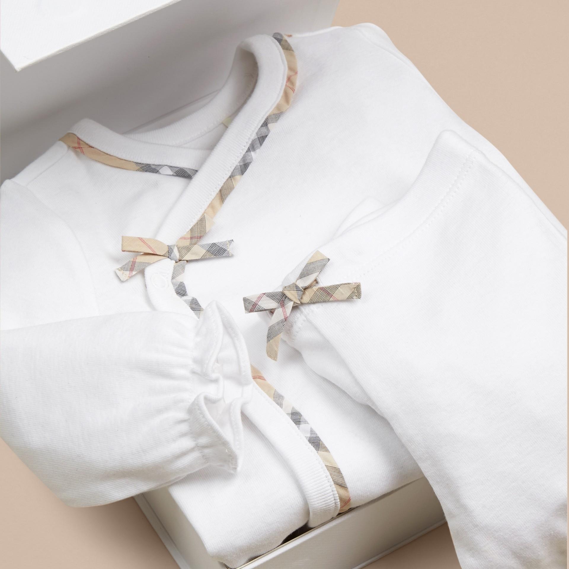Bianco Set regalo da due pezzi in cotone per neonato - immagine della galleria 2