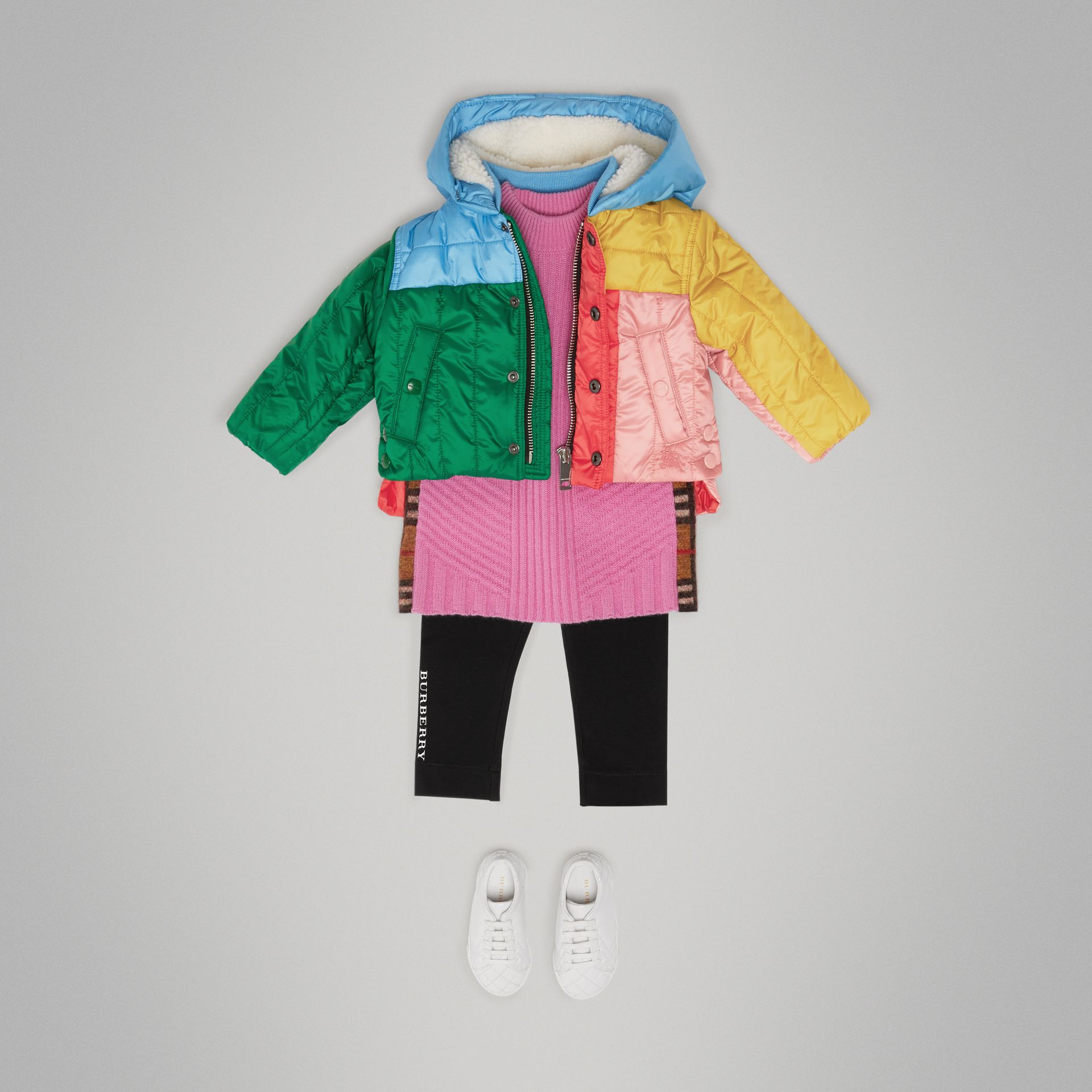 Doudoune à capuche matelassée color-block (Rouge Orangé Vif) - Enfant | Burberry - photo de la galerie 2