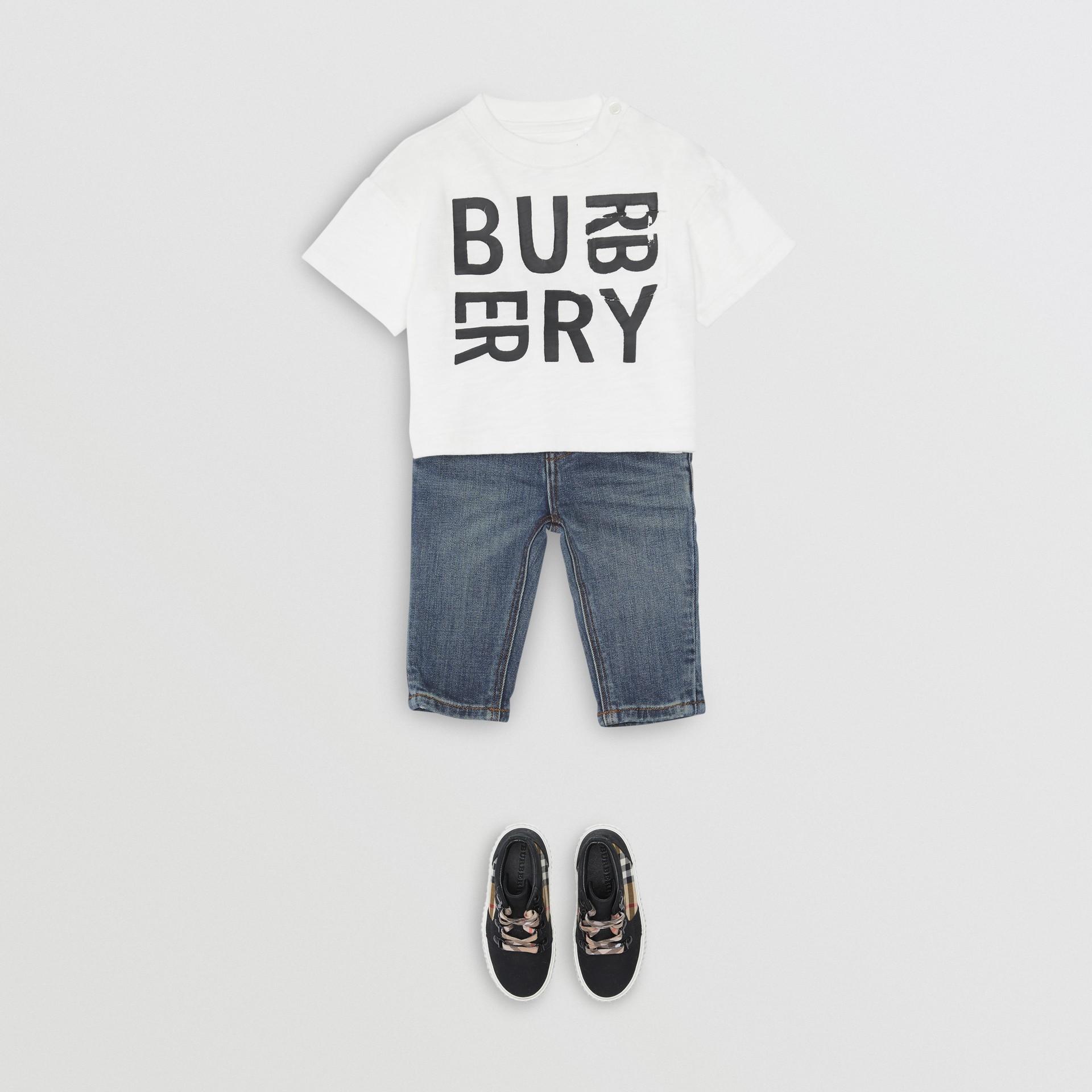 Calças jeans stretch com corte descontraído (Índigo Médio) - Crianças | Burberry - galeria de imagens 2
