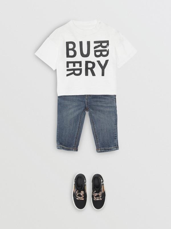 Calças jeans stretch com corte descontraído (Índigo Médio) - Crianças | Burberry - cell image 2