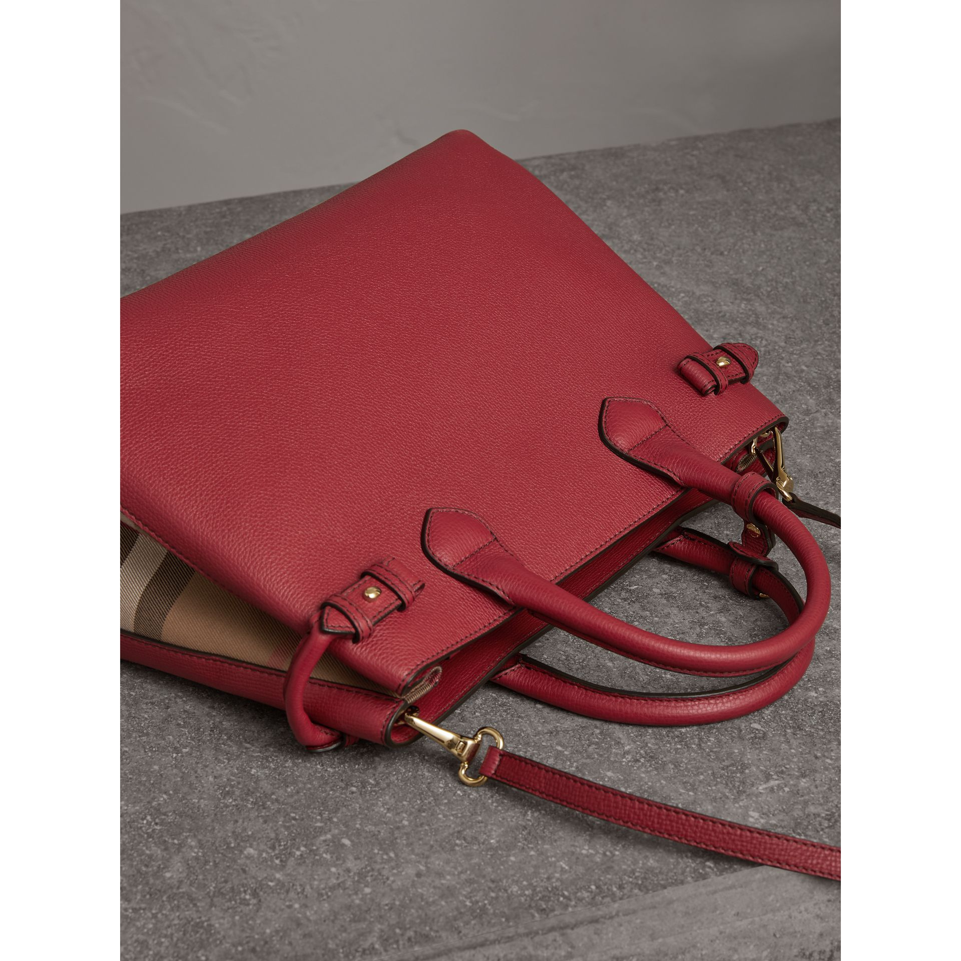 The Banner media in pelle con motivo House check (Rosso Bruno) - Donna | Burberry - immagine della galleria 4