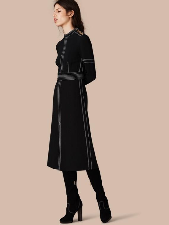 Vestido recto de inspiración militar en seda y lana