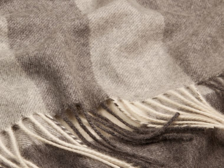 Check Cashmere Blanket in Pale Grey - cell image 1