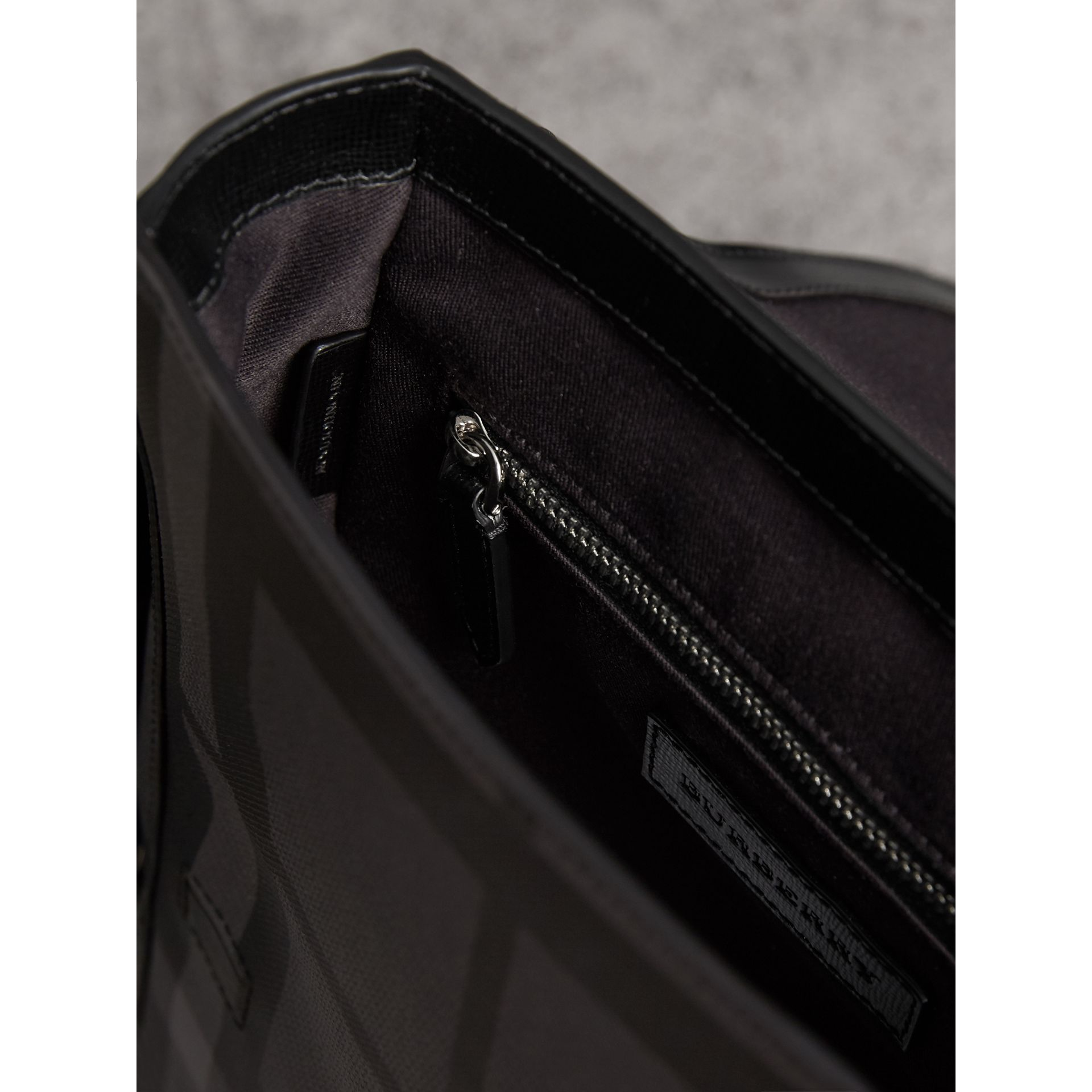 Sac à bandoulière avec motif London check (Anthracite/noir) - Homme | Burberry - photo de la galerie 4