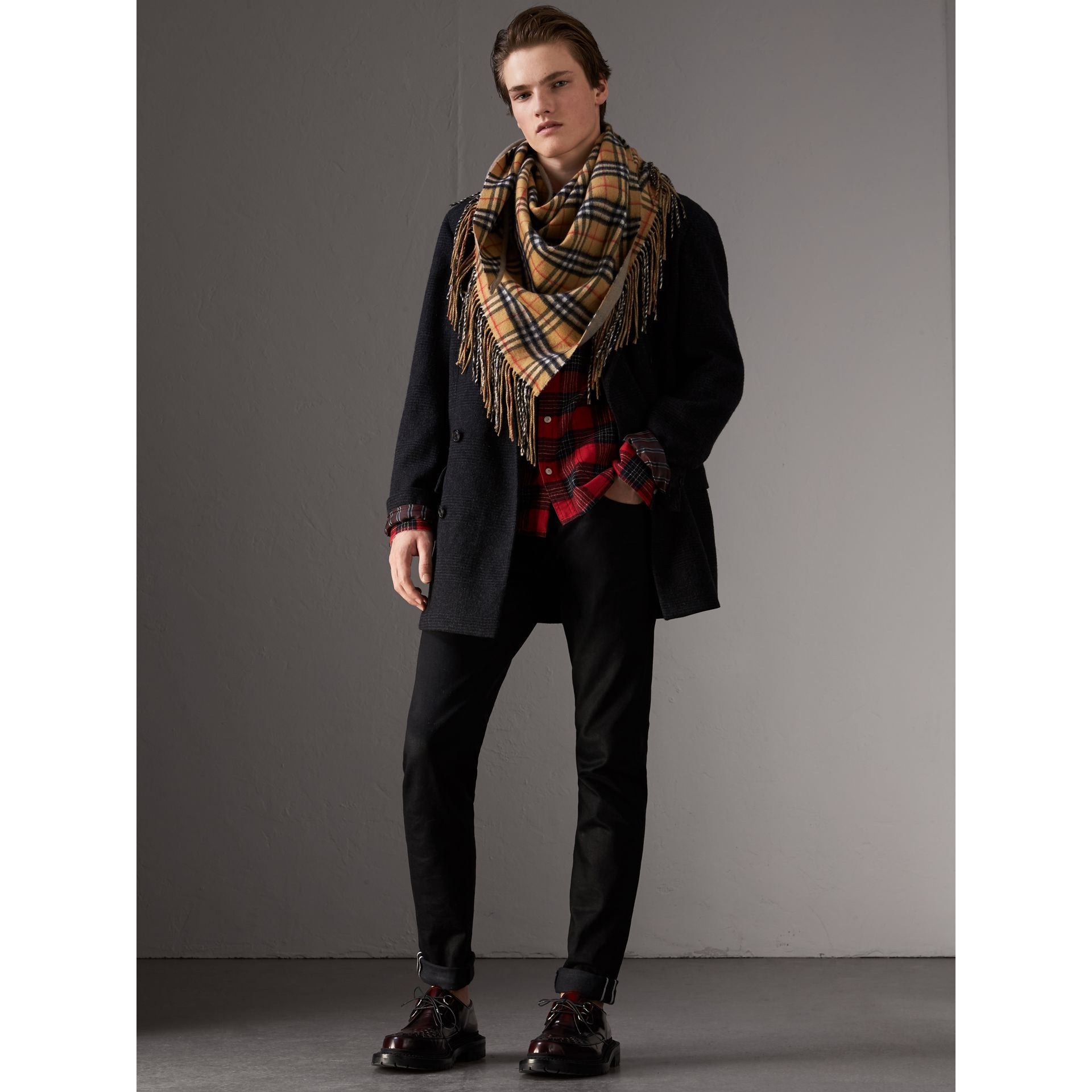 The Burberry Bandana in cashmere con motivo Vintage check (Arenaria) | Burberry - immagine della galleria 3