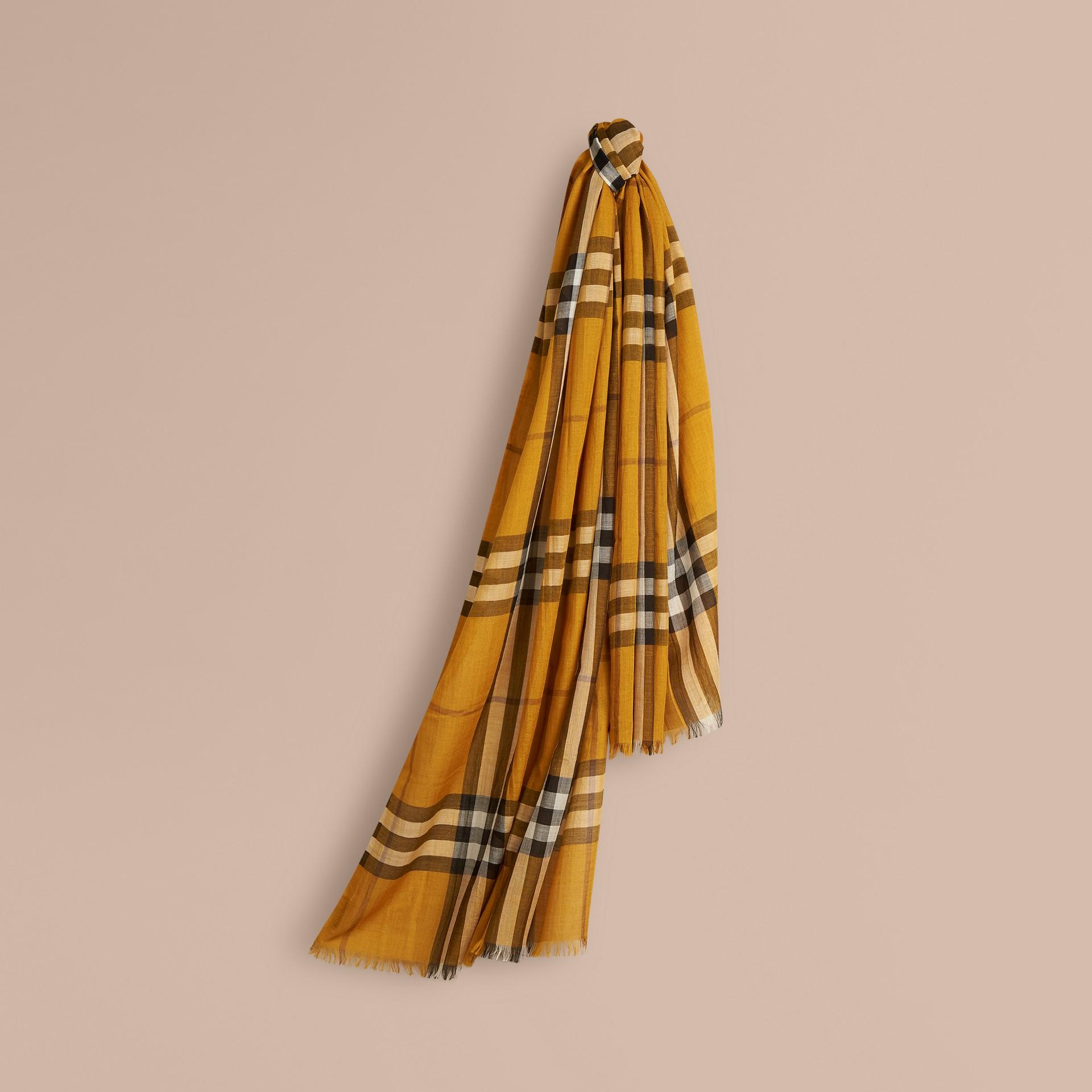 Giallo ambra Sciarpa leggera in lana e seta con motivo check Giallo Ambra - immagine della galleria 1