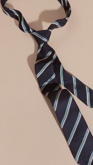 Cravate étroite en soie texturée à rayures
