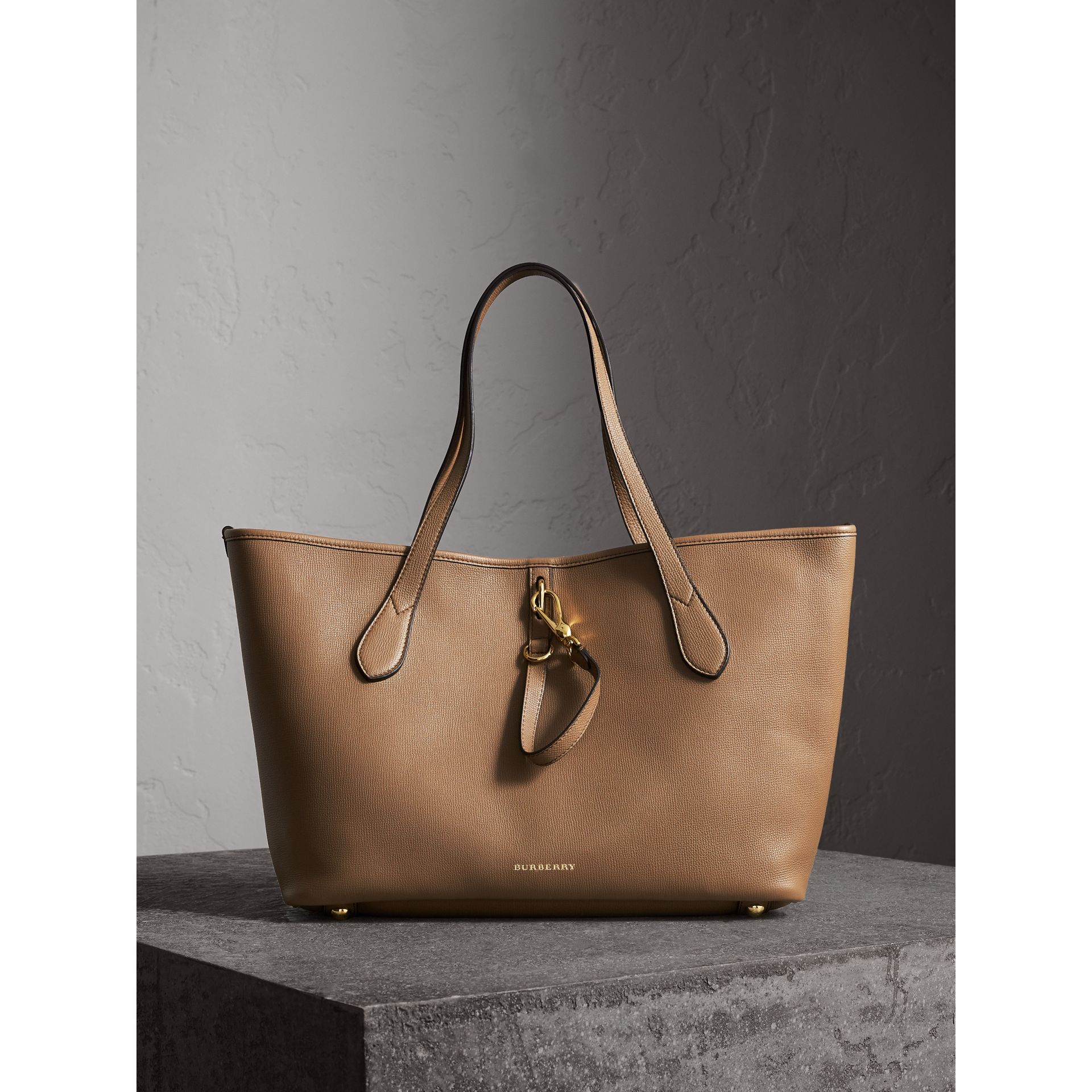 Sac tote medium en cuir grainé (Sable Foncé) - photo de la galerie 1