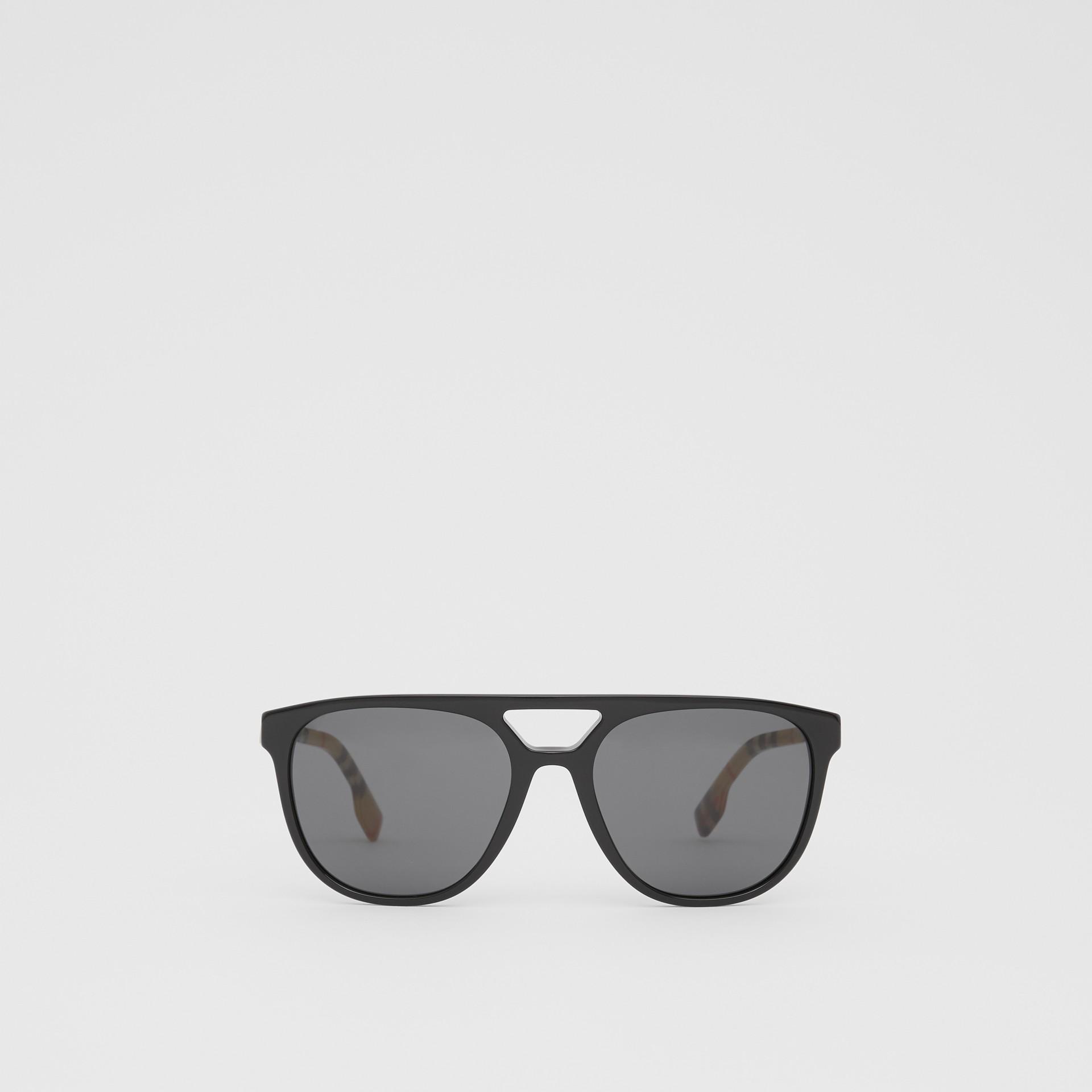 領航員太陽眼鏡 (黑色) - 男款 | Burberry - 圖庫照片 0