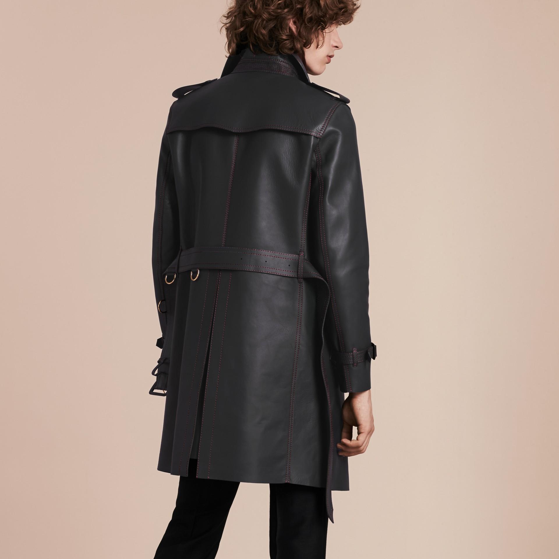 Navy scuro Trench coat in pelle di agnello con impunture militari - immagine della galleria 3