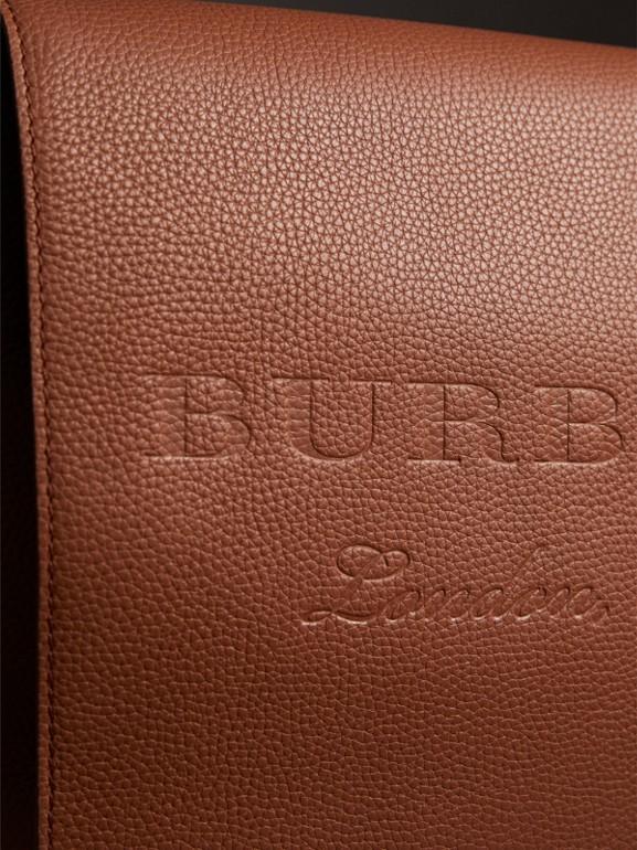 Bolsa carteiro grande de couro com detalhe em relevo (Marrom Castanho) | Burberry - cell image 1