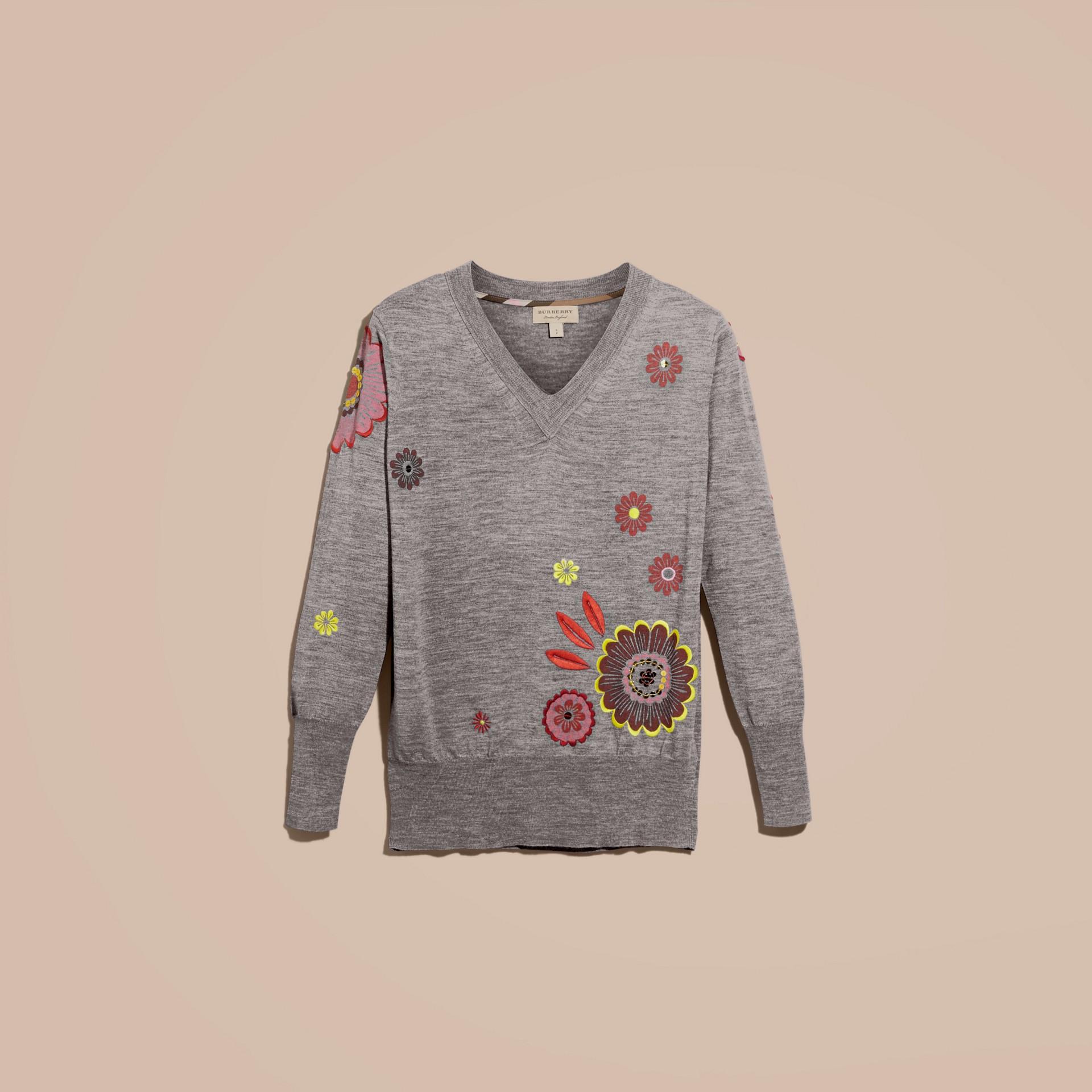 Grigio medio mélange Pullover in lana Merino con scollo a V e decorazione floreale - immagine della galleria 4