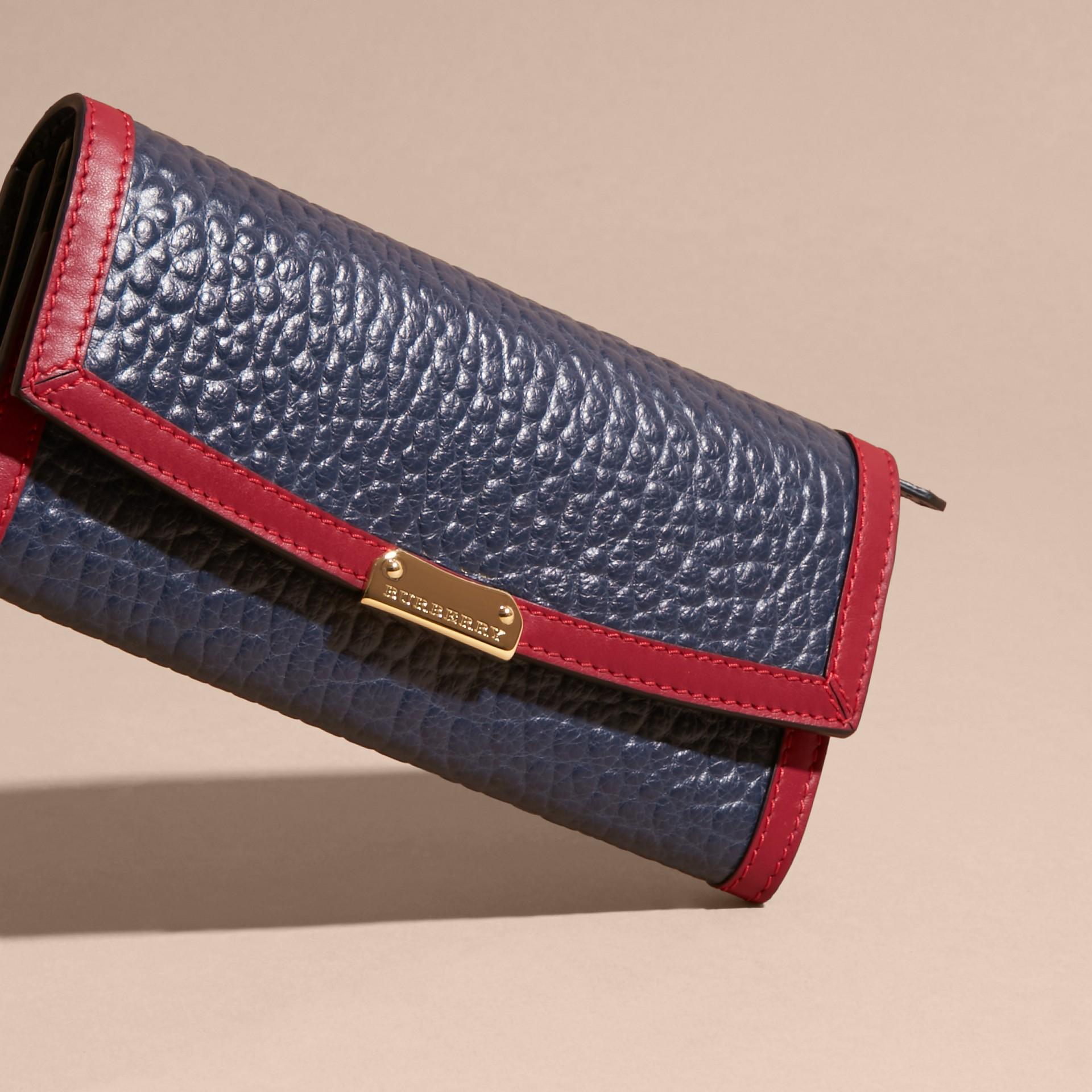 Blu carbonio/rosso parata Portafoglio continental in pelle a grana Burberry con bordo a contrasto - immagine della galleria 3
